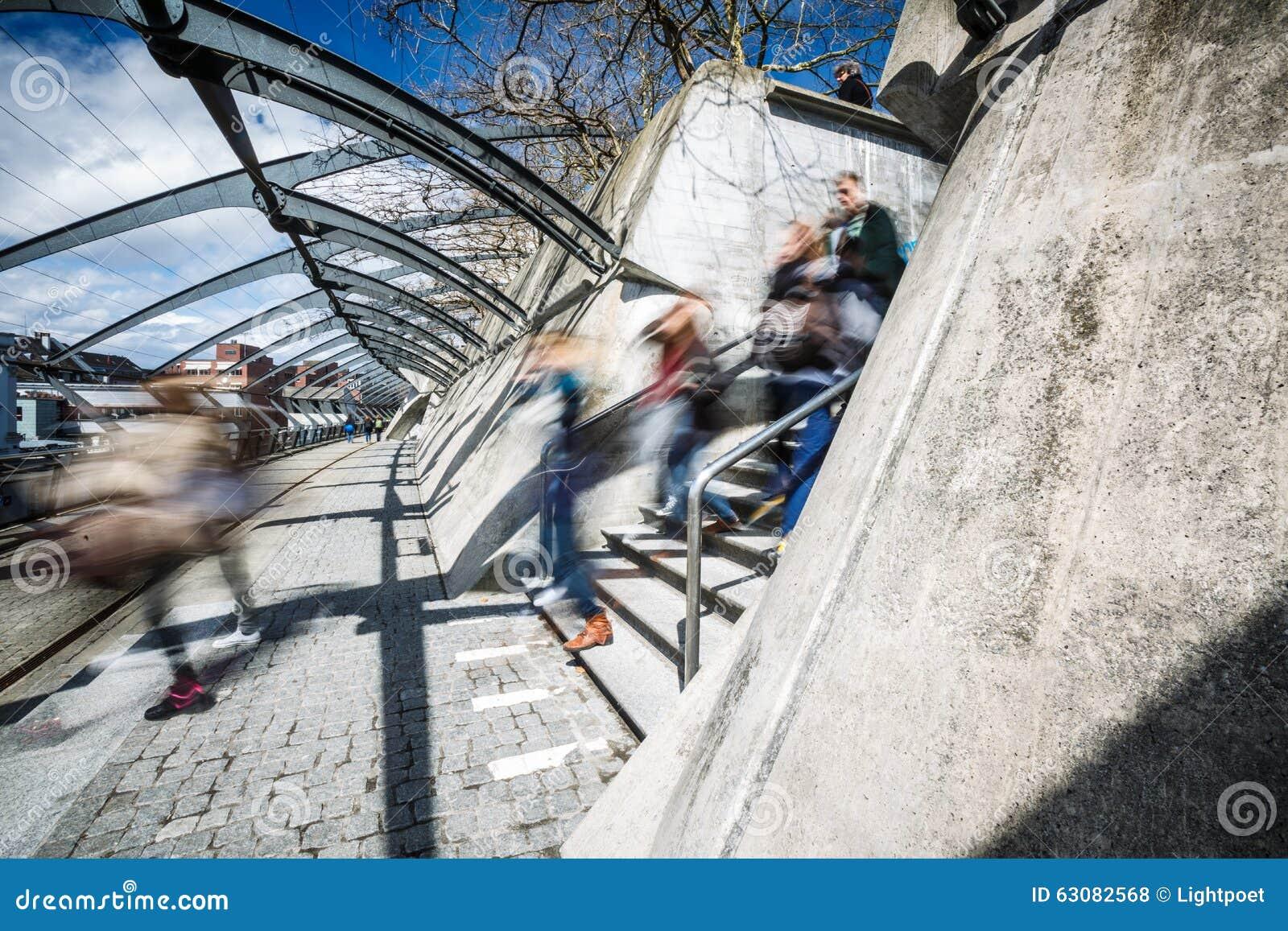Download Les gens dans une ville photo stock. Image du ville, asiatique - 63082568