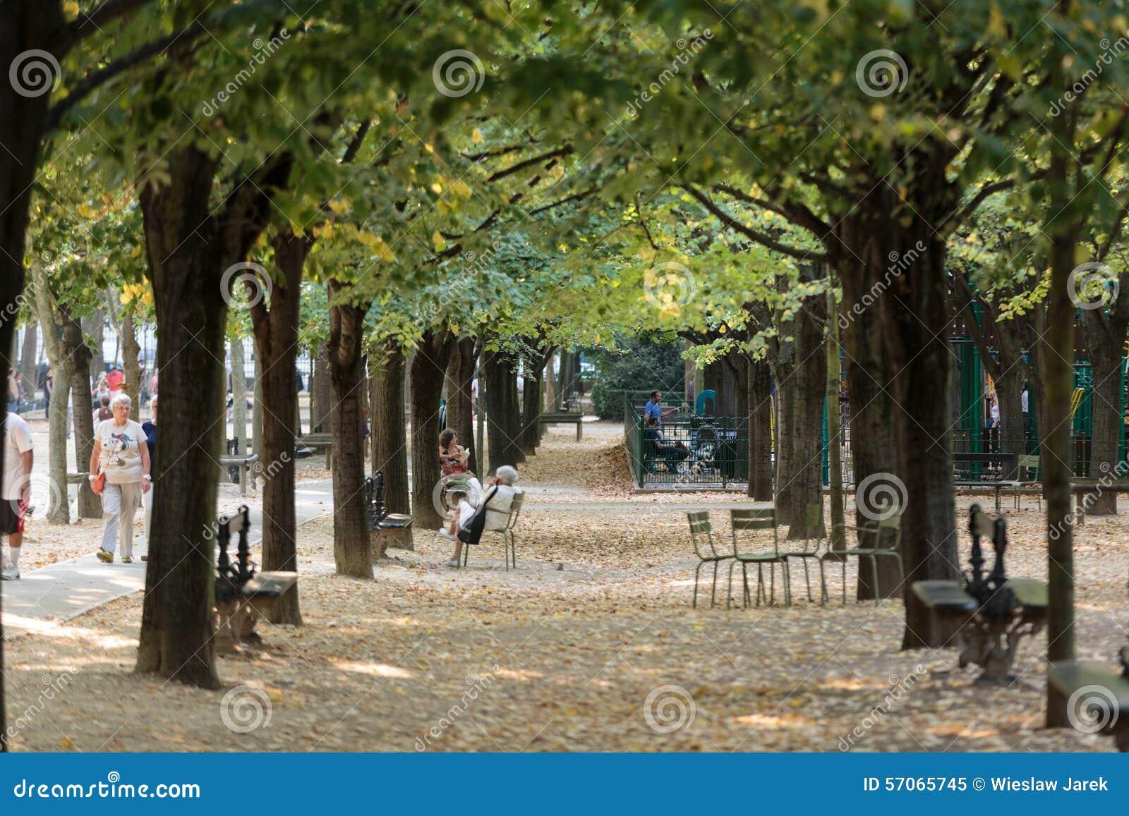 Les gens d tendent aux jardins du luxembourg paris for Piscine jardin du luxembourg