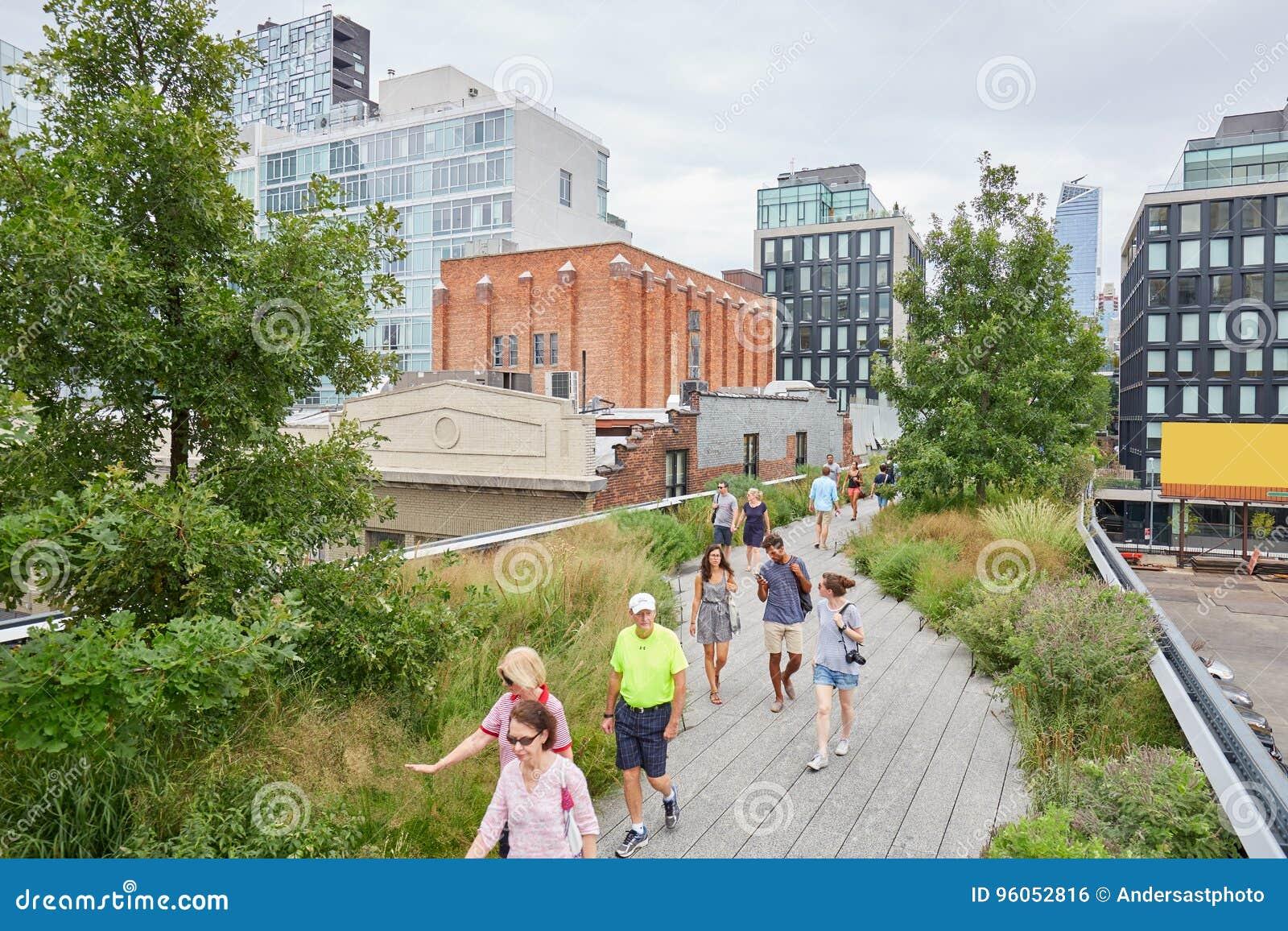 Les gens et les touristes marchant sur la ligne élevée à New York