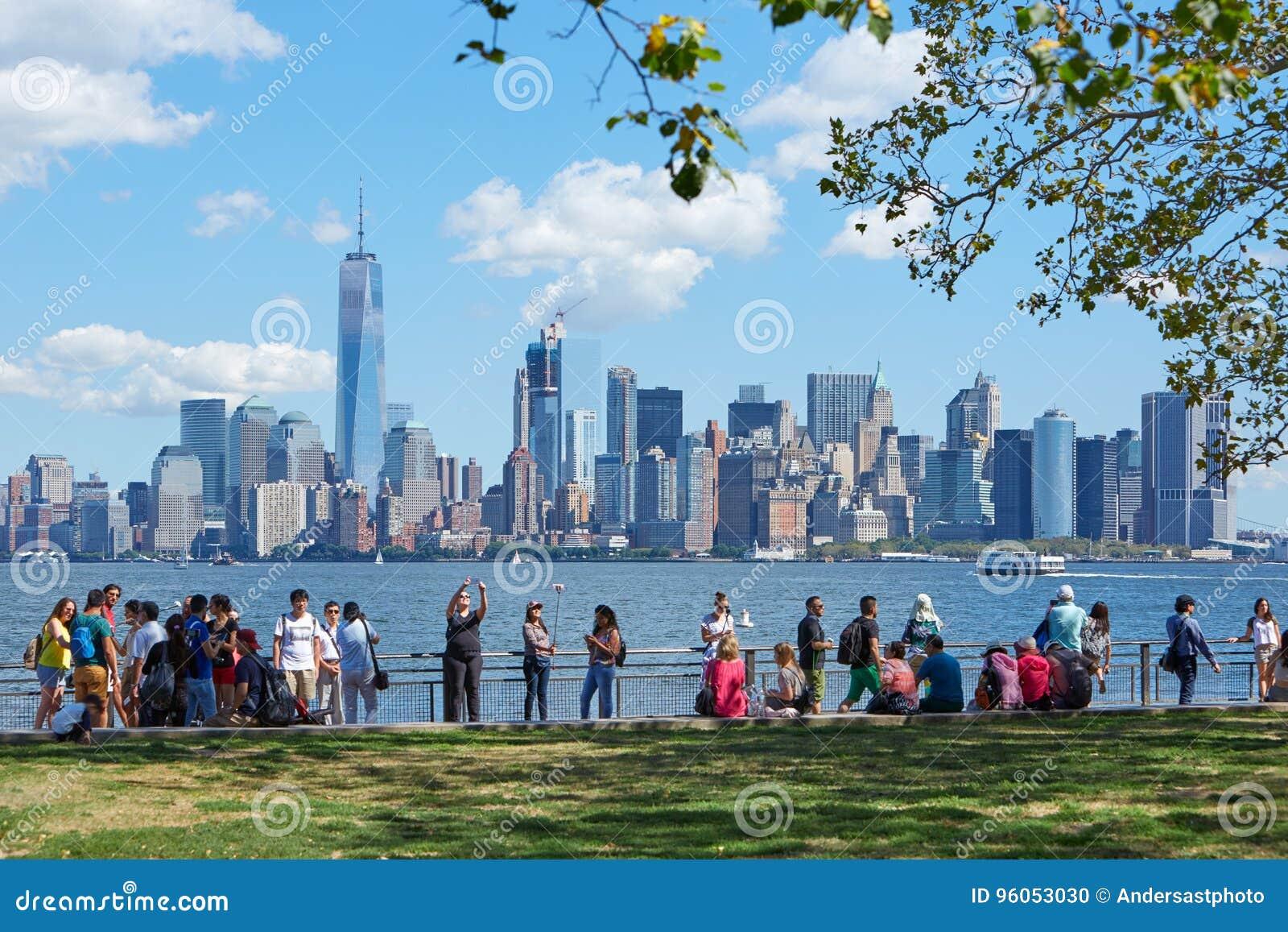 Les gens et les touristes avec l horizon de New York City