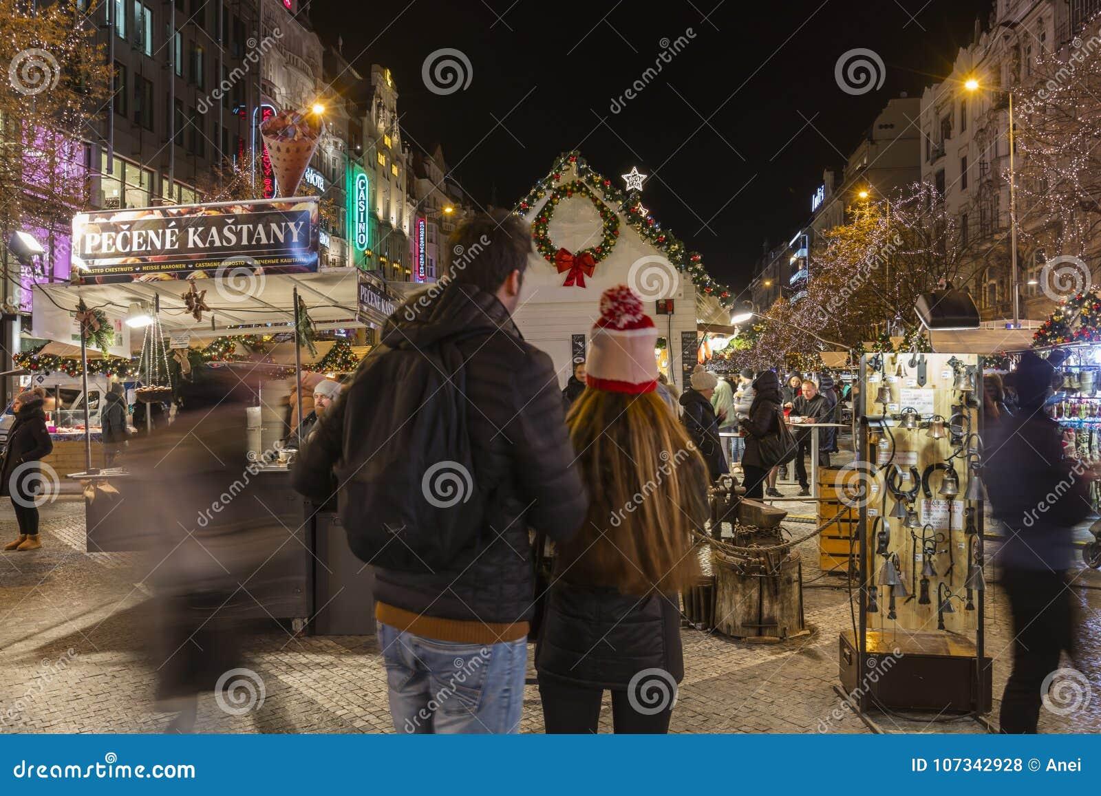 2017 - Les gens et les touristes visitant les marchés de Noël chez Wenceslas ajustent à Prague
