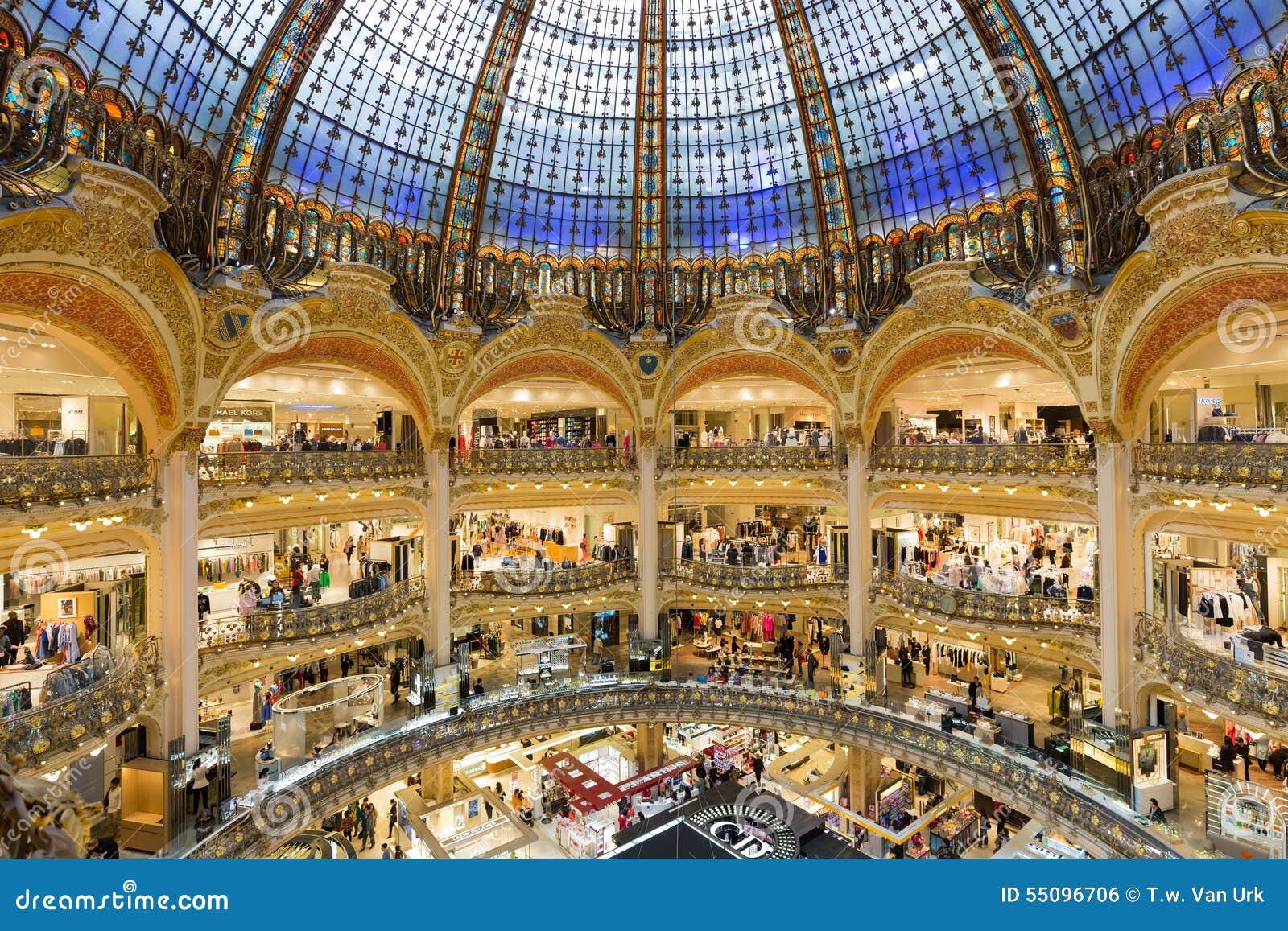 Les gens faisant des emplettes dans le magasin de luxe de lafayette de paris - Magasin de luxe londres ...
