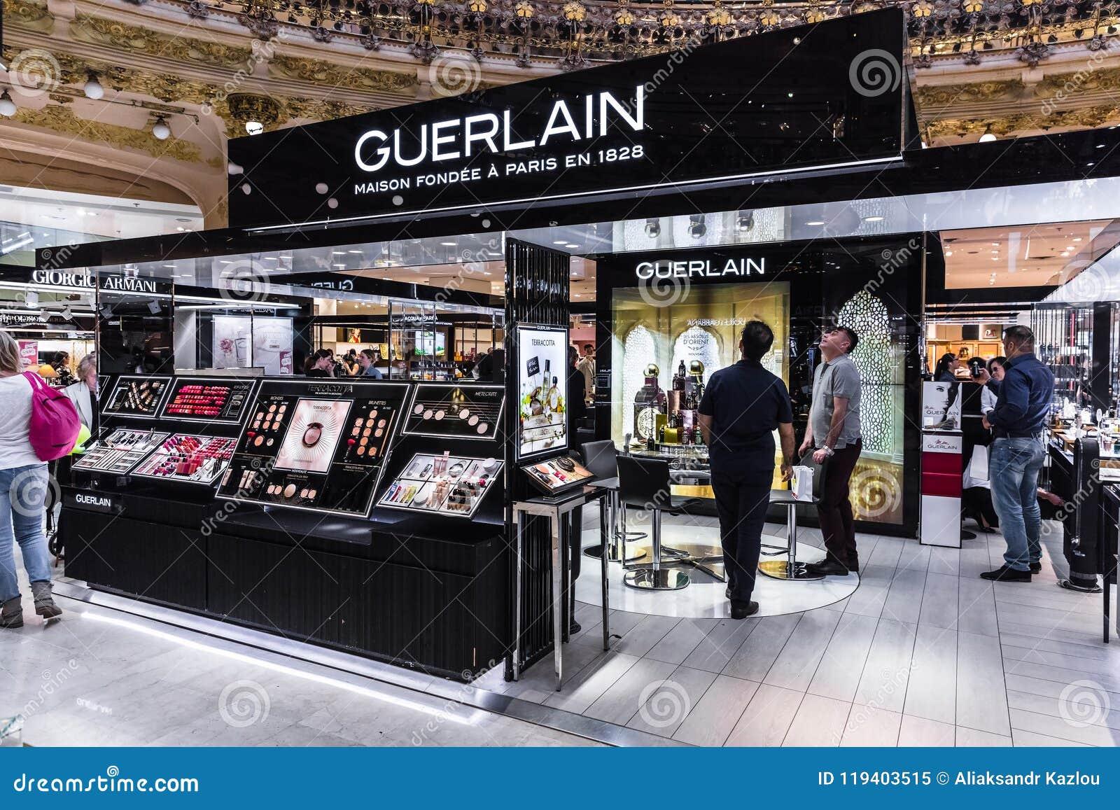La Les À Guerlain Dans Section De Galeries Font Des Emplettes Gens RjqcL43A5