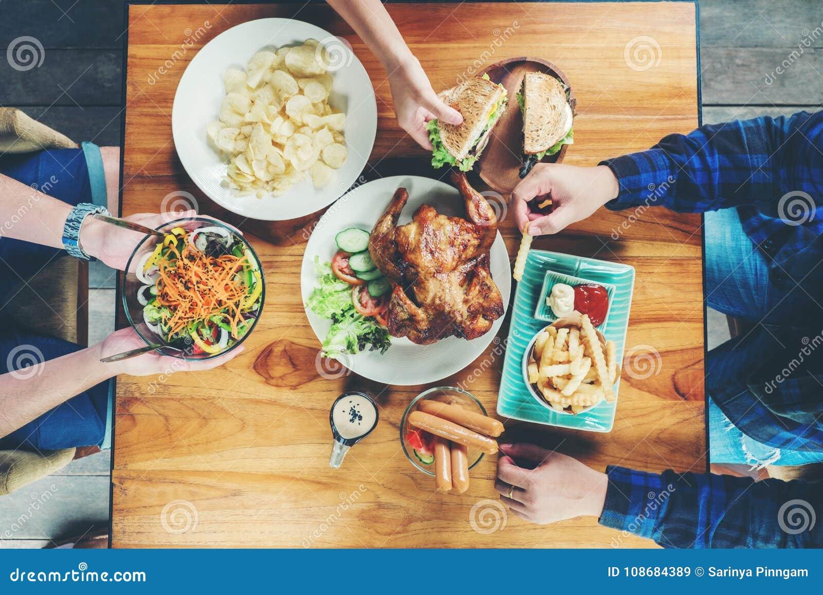 Les gens font la fête et en mangeant le poulet grillé soyez apprécier heureux dans ho