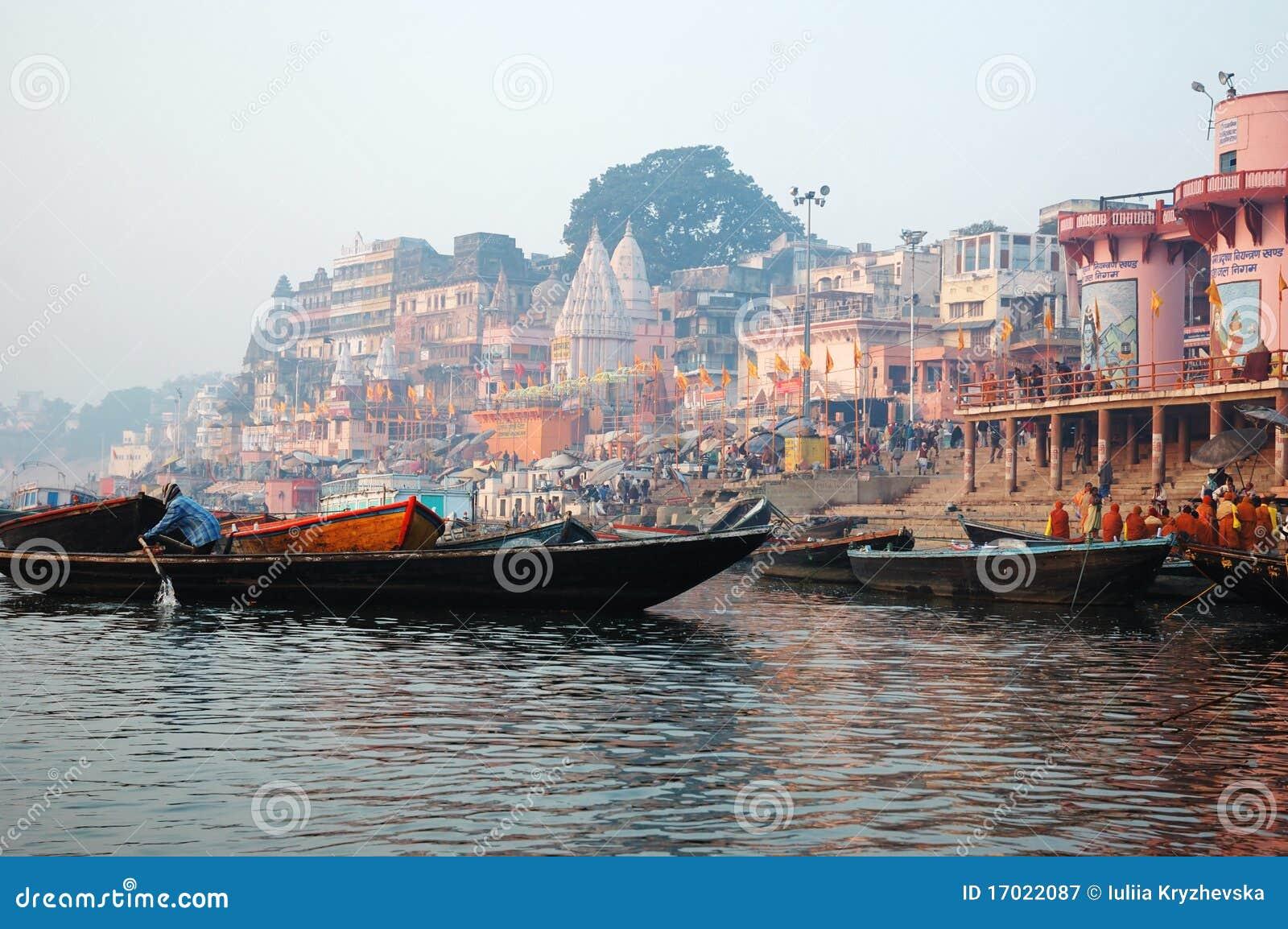 Les gens indous exécutent le puja aux ghats, Varanasi