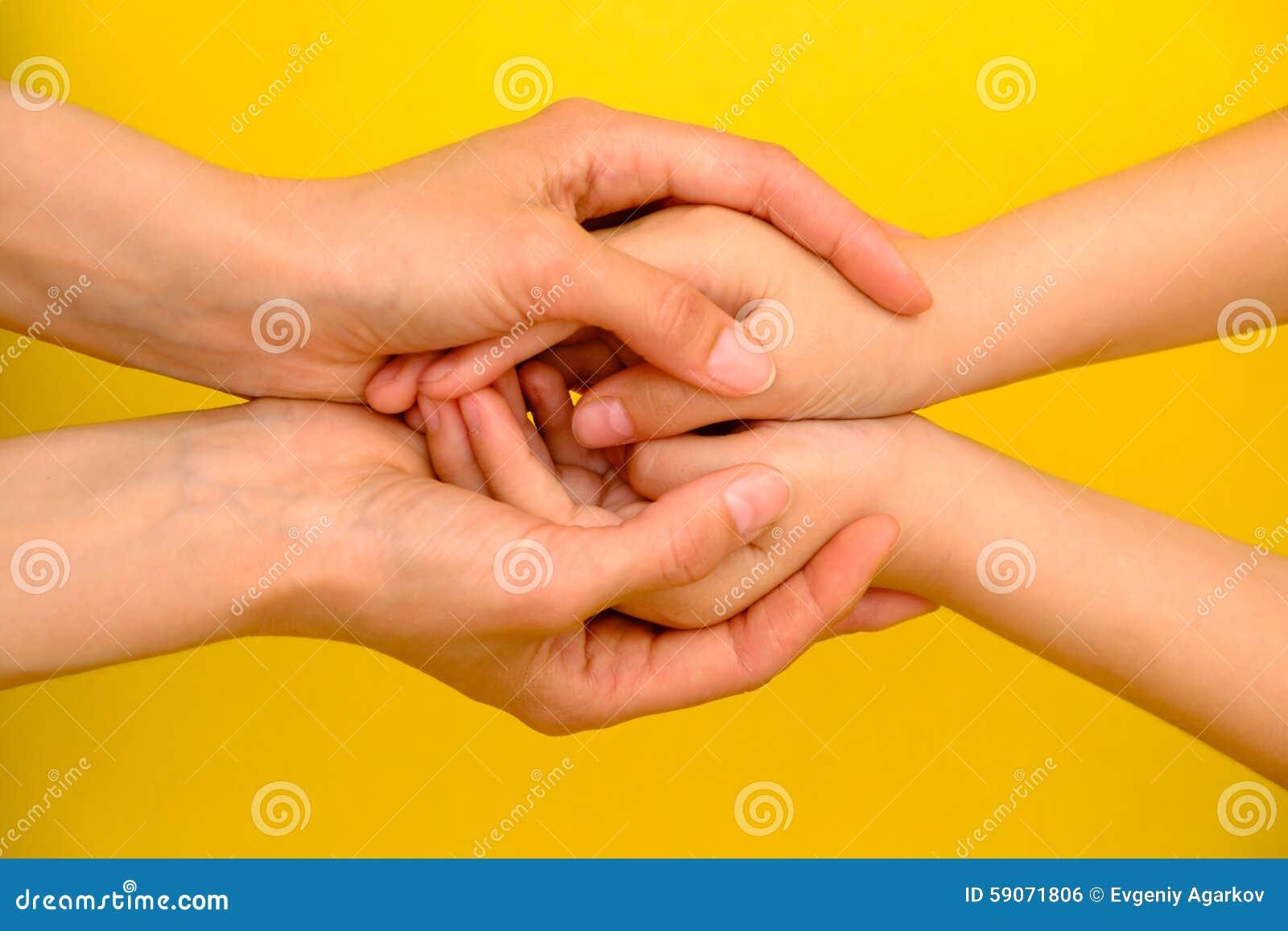 Les gens, la charité, la famille et le concept de soin - fermez-vous des mains de femme tenant des mains de fille