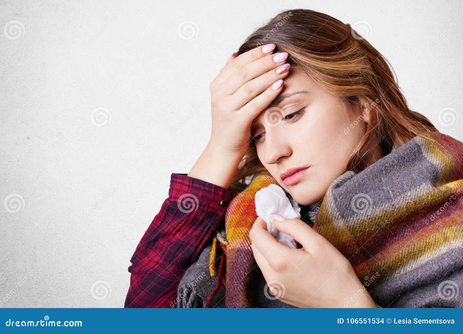 Les gens, la maladie, concept de soins de santé La femme stressante a la grippe, souffre du nez courant, du mauvais froid et du m