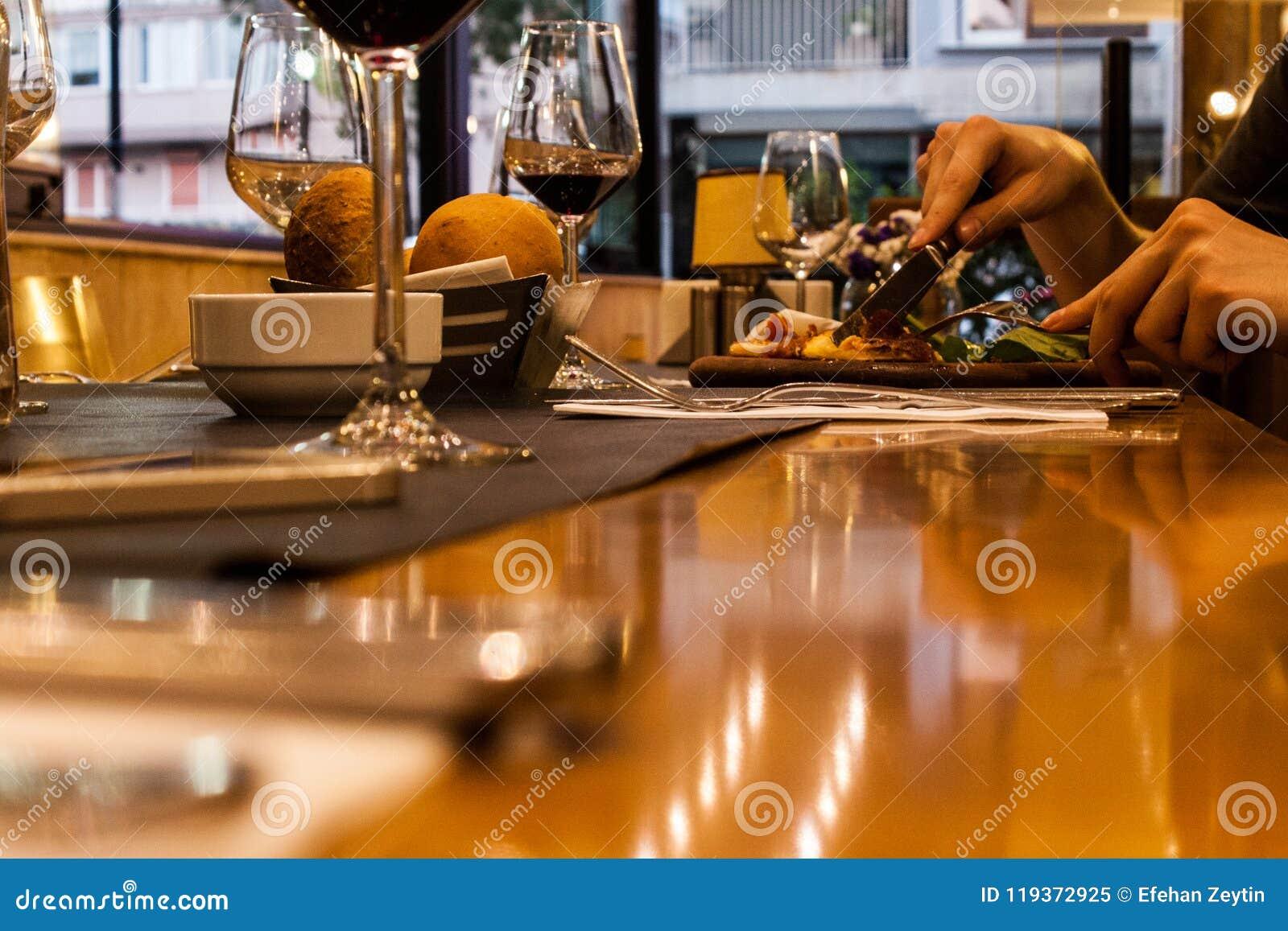Les gens mangeant leur dîner, fond pointu
