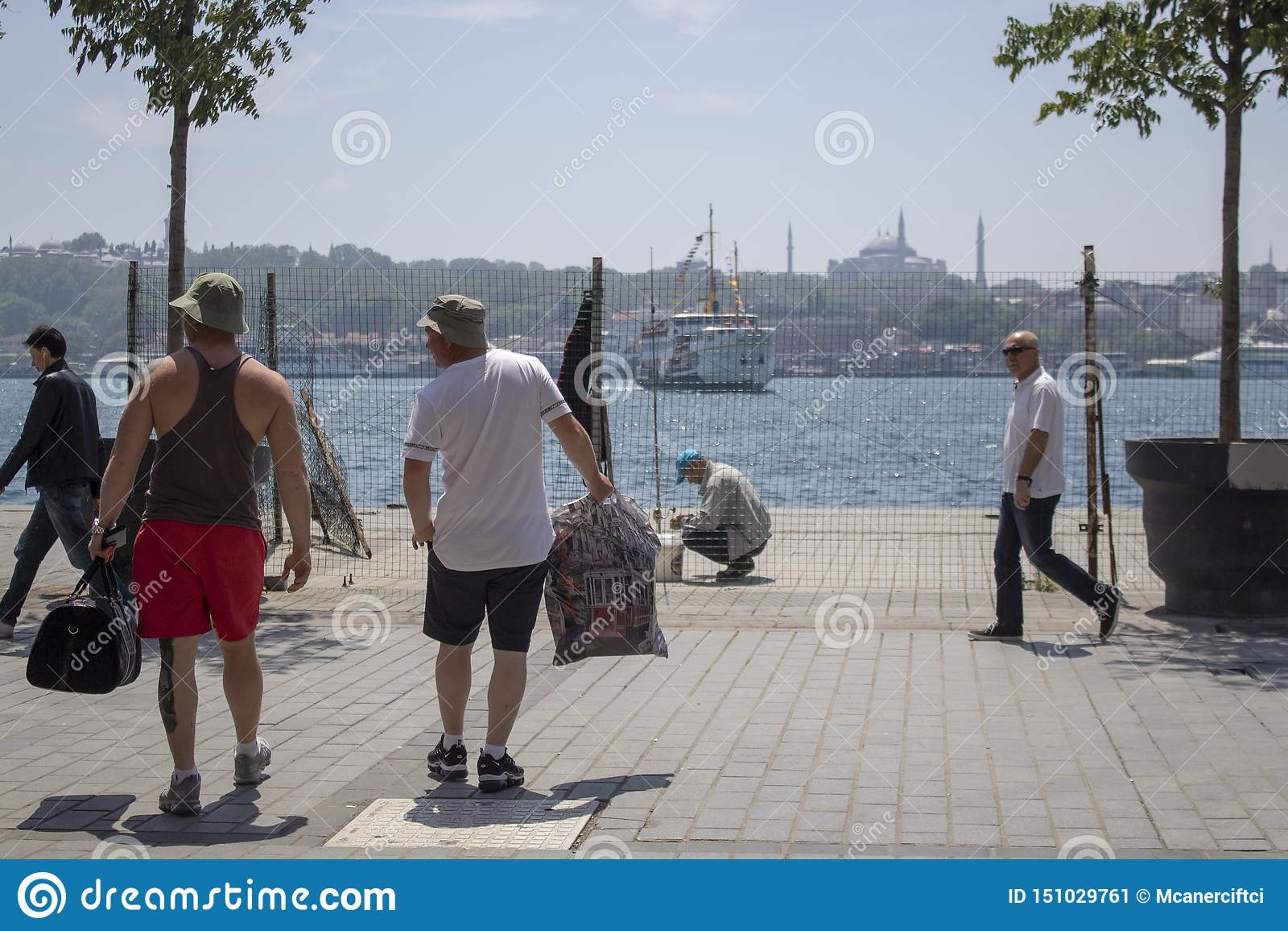 Les gens marchant dans la côte de Karakoy