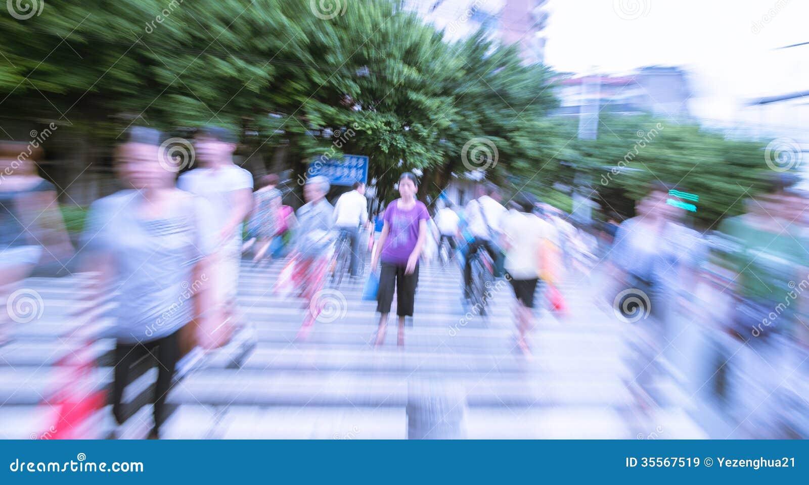Les gens marchant sur la grande rue de ville