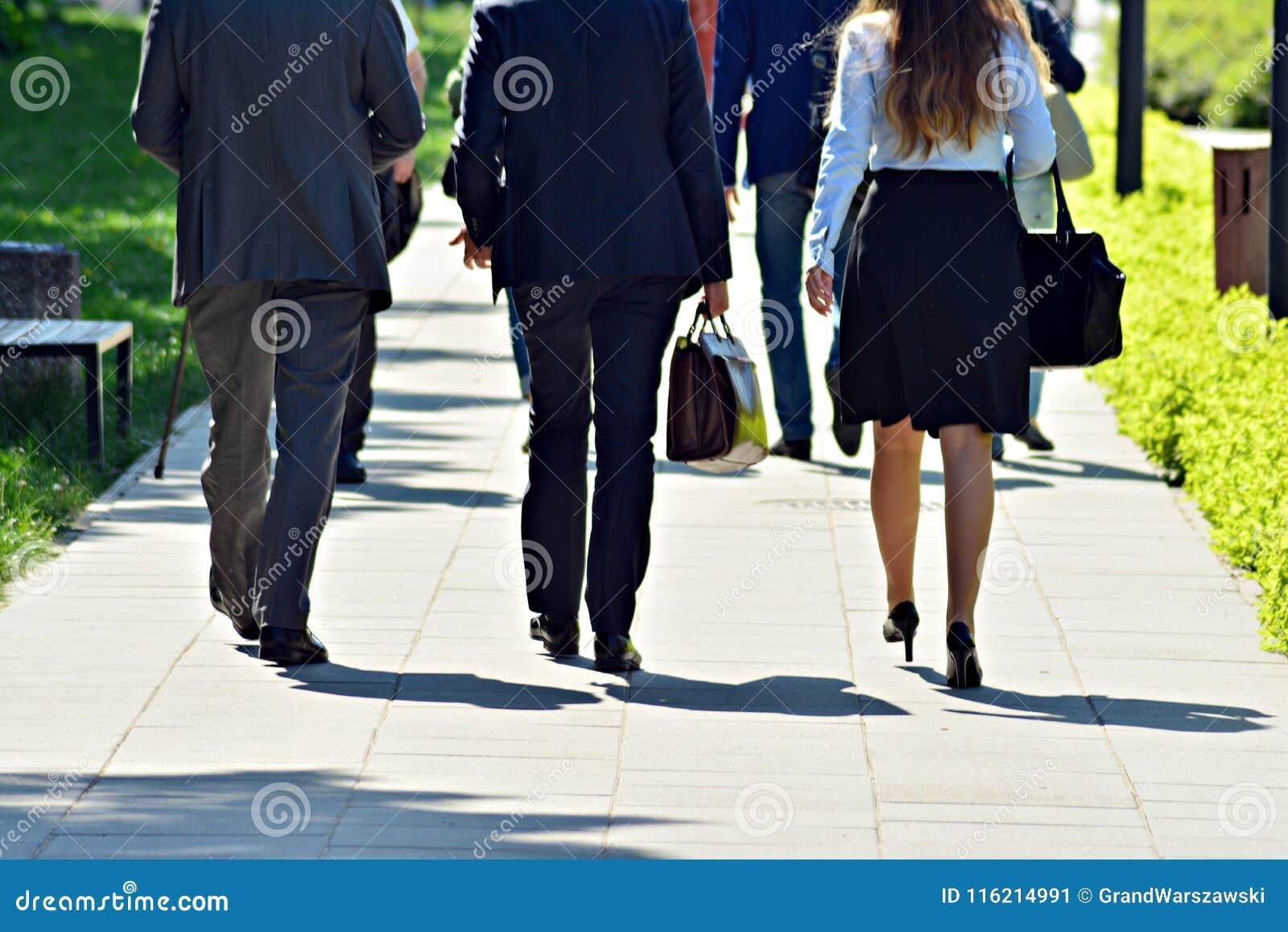 Les gens marchant sur la grande rue de ville, abrégé sur de croisement brouillé mouvement
