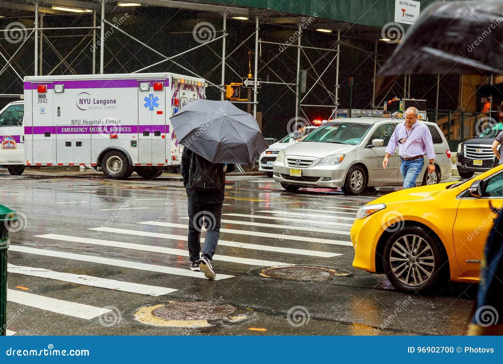 Les gens marchent le long de la rue d ouest quarante-deuxième à New York Presque 19 millions de personnes vivent dans la zone mét