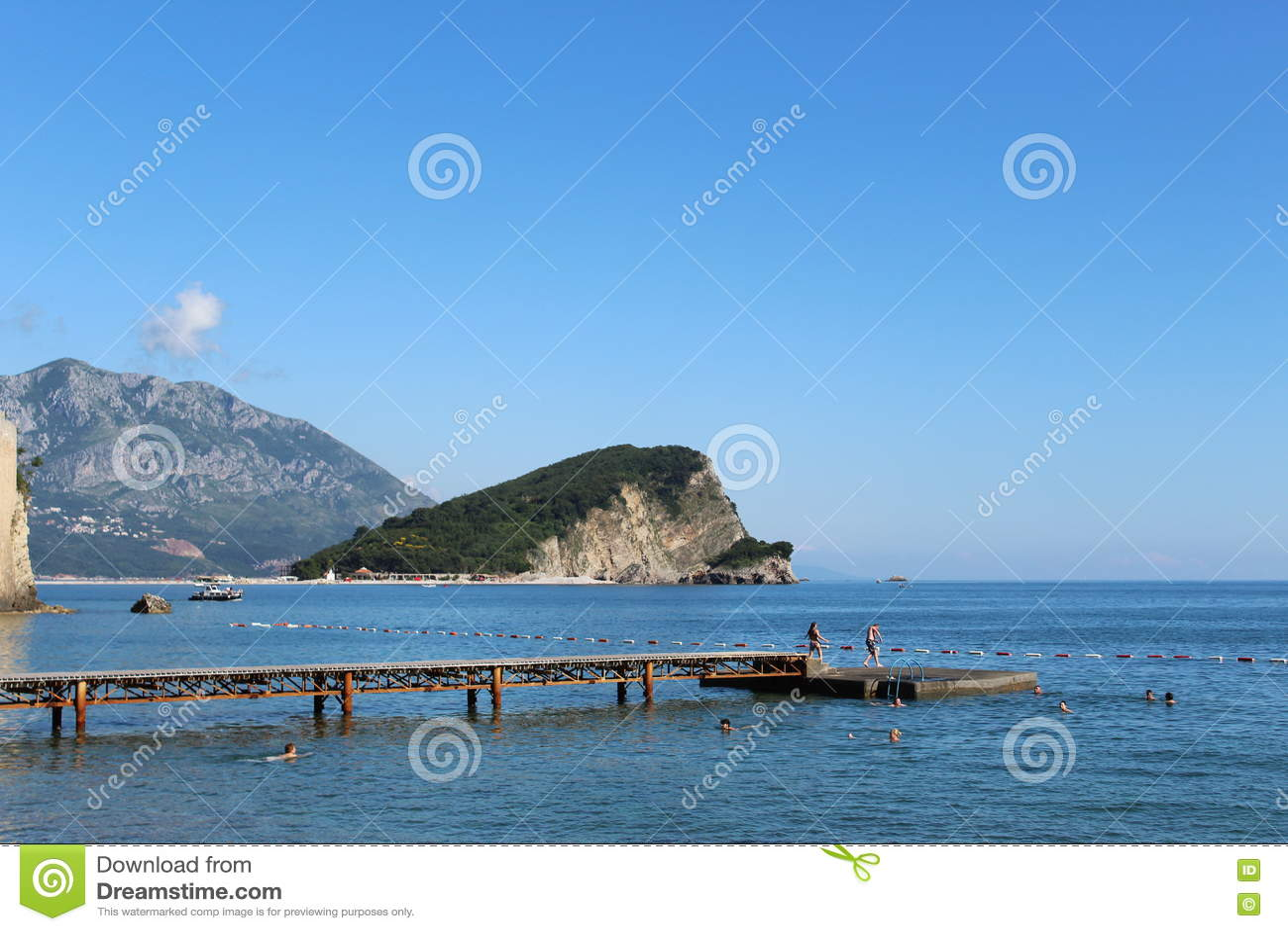 Les gens nageant dans Budva, Monténégro