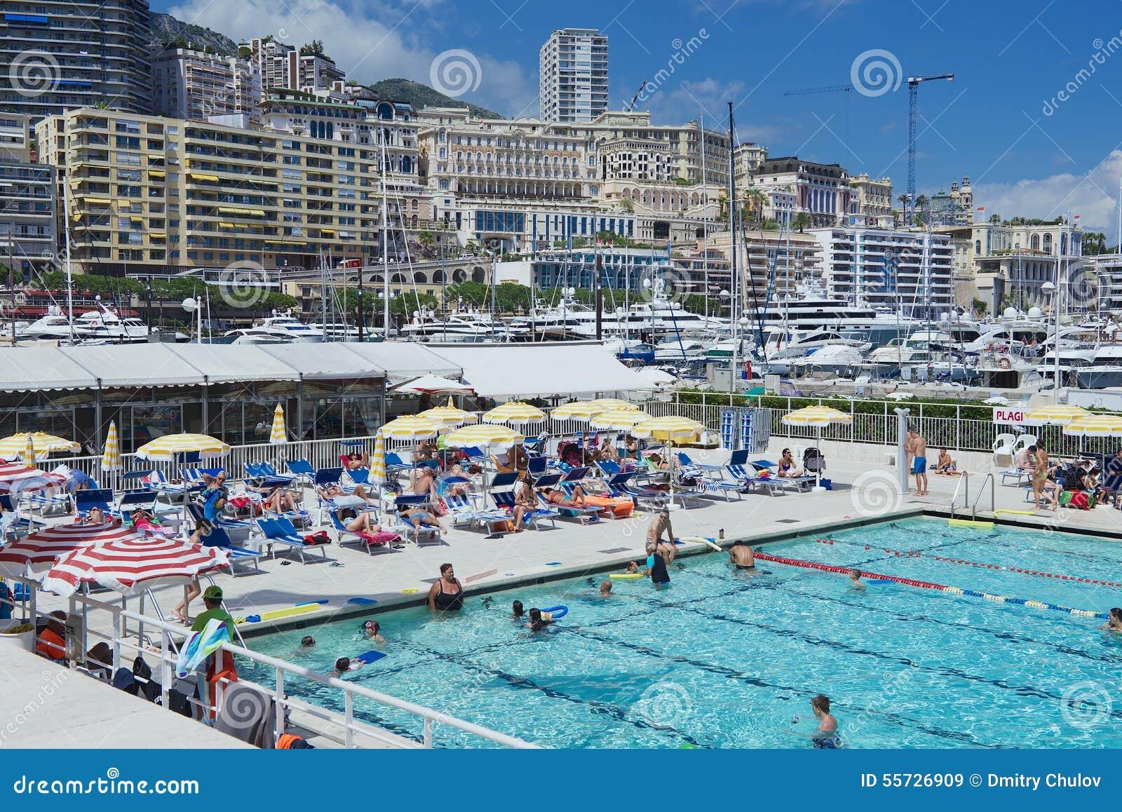 Les gens nagent et les prennent un bain de soleil la for Piscine publique
