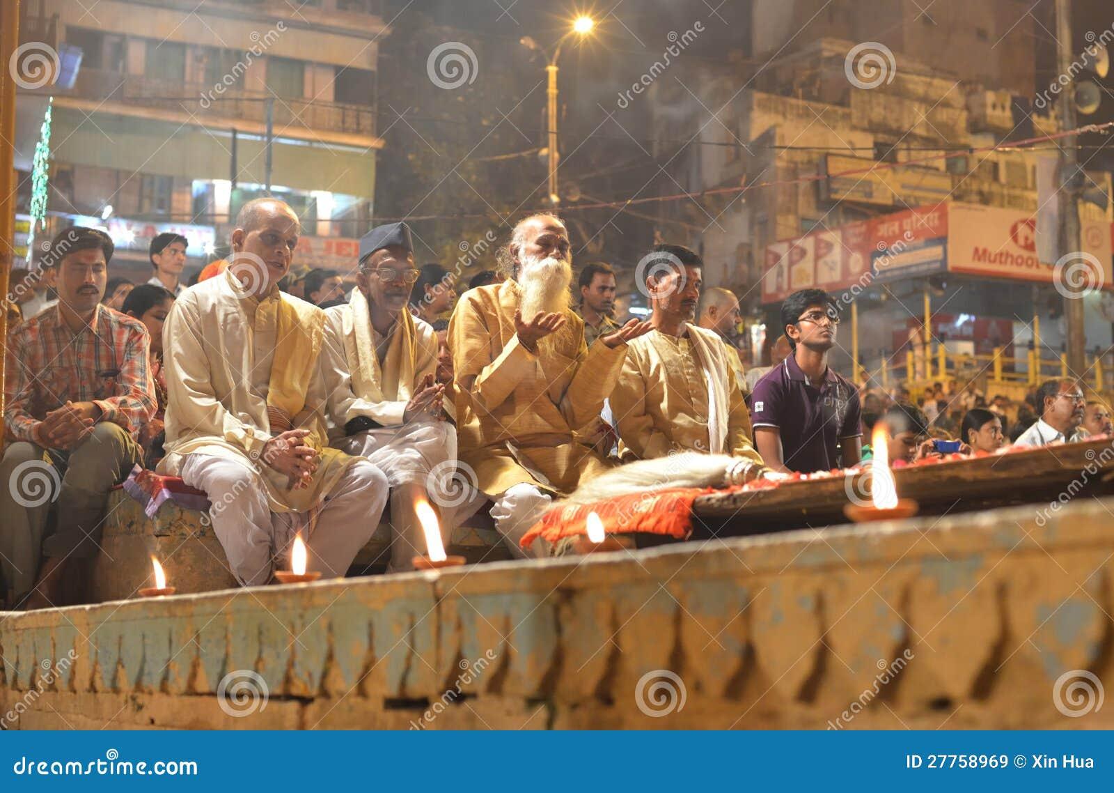 Les gens observant la cérémonie de Ganga Aarti à Varanasi