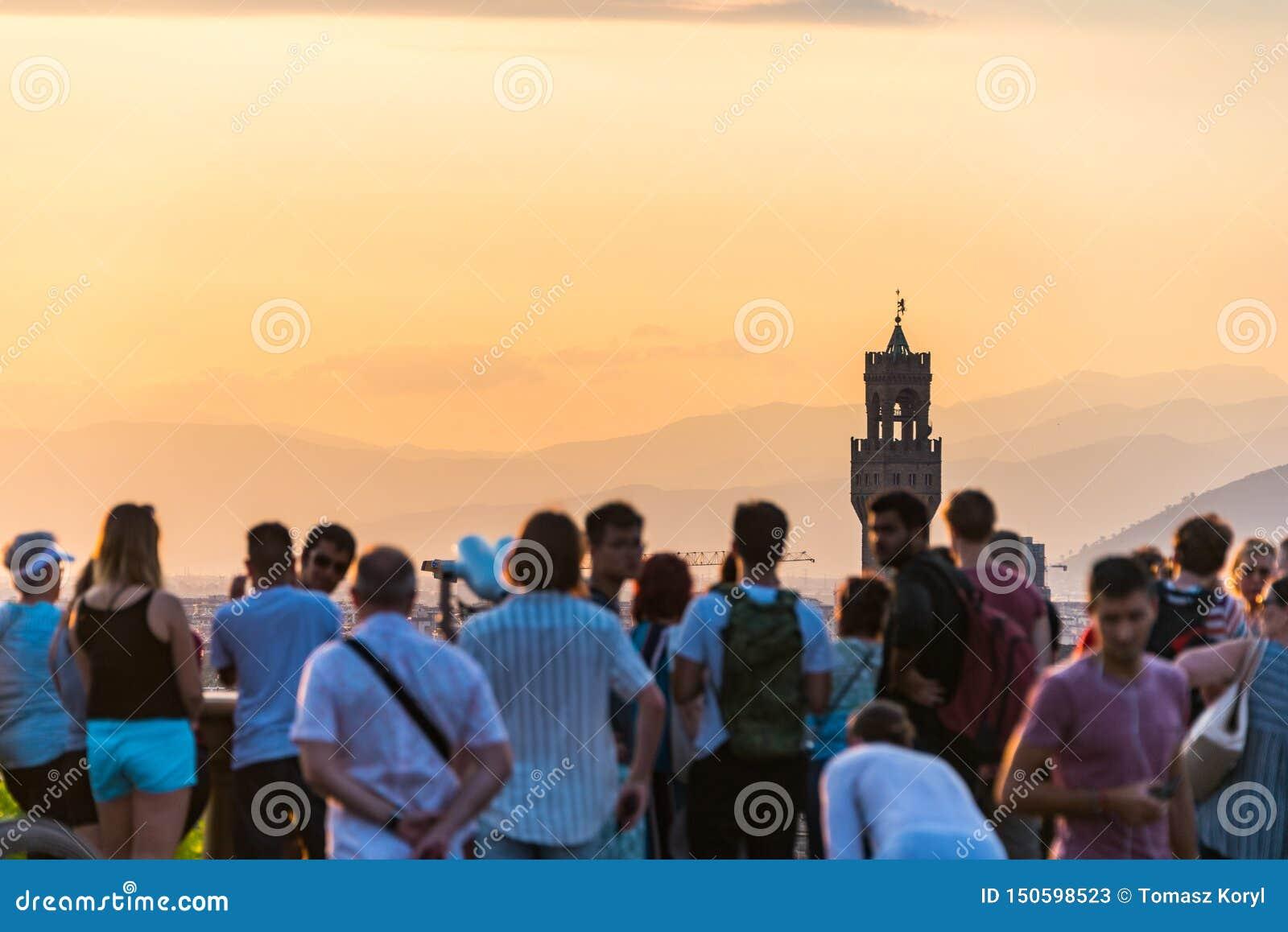 Les gens observant le panorama de Florence Palazzo Vecchio Coucher du soleil de Piazzale Michaël Angelo La Toscane, Italie