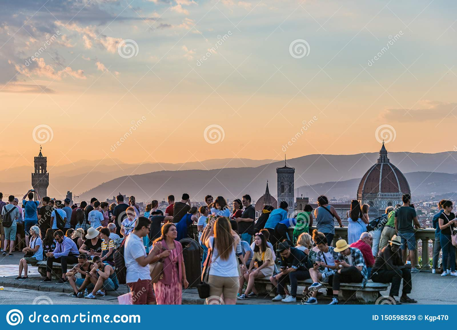 Les gens observant le panorama de Florence Palazzo Vecchio et Cathdral Coucher du soleil de Piazzale Michaël Angelo La Toscane, I