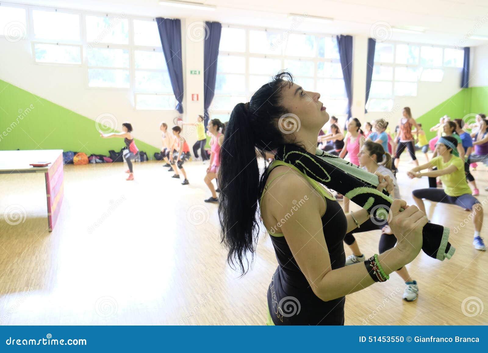 Les gens pendant la forme physique de formation au gymnase