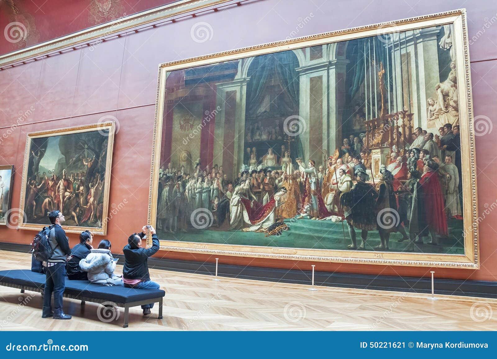 Les gens prenant la photo du couronnement du napoléon (musée de Louvre)