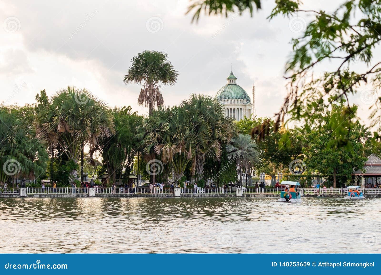 Les gens qui tournent des bateaux de pédale pour se reposer dans l eau en parc