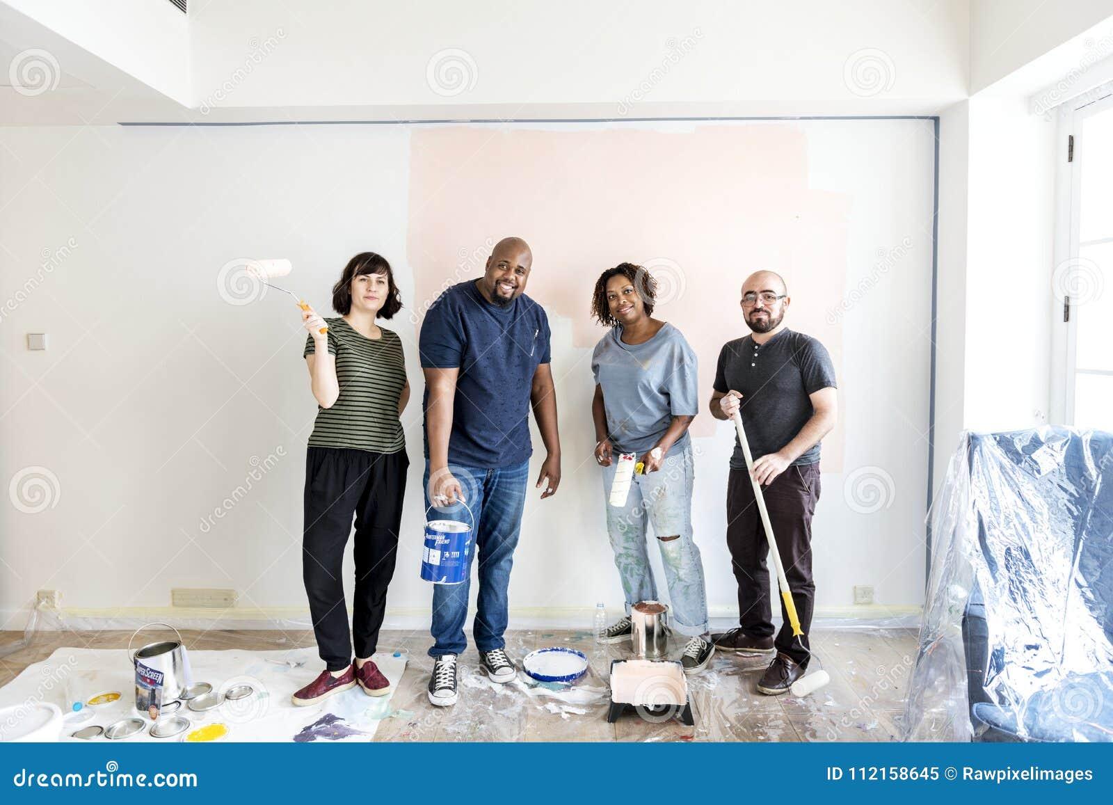 Les gens rénovant la maison ensemble