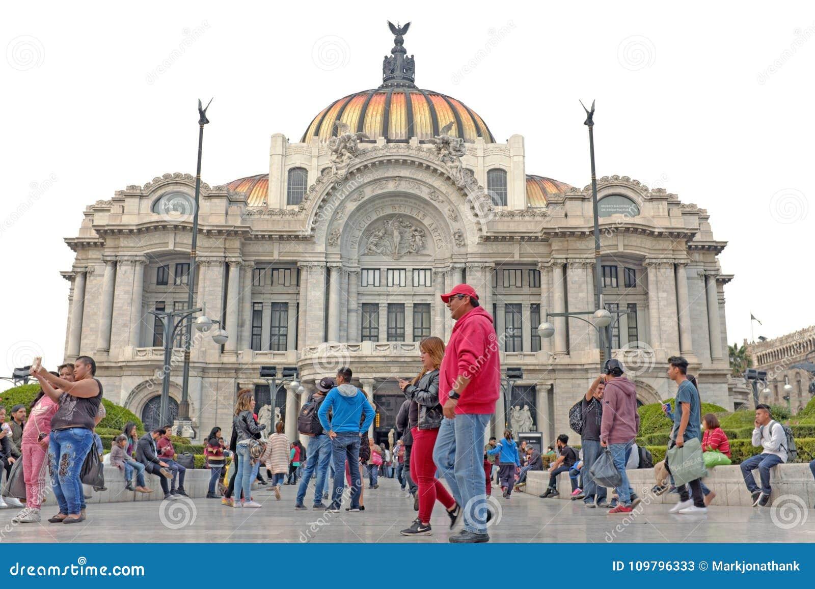 Les gens rassemblent en dehors de l Art nouveau Palacio De Bella Artes à Mexico, Mexique