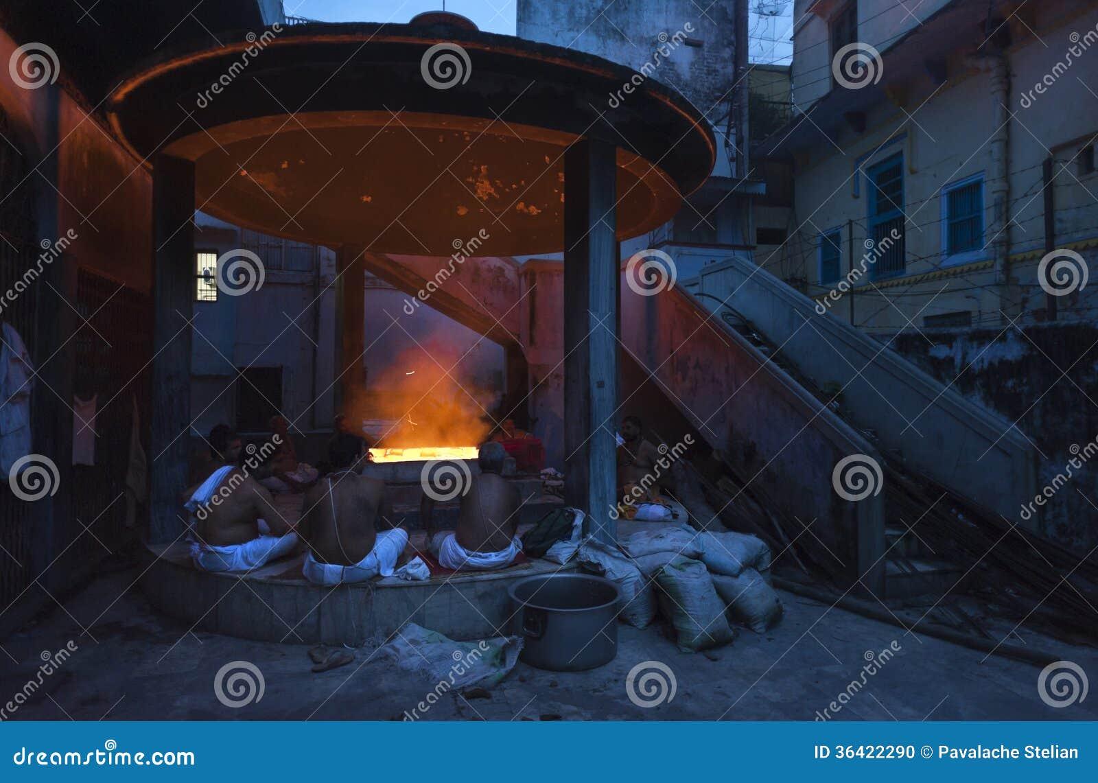 Les gens reposés autour du feu la nuit