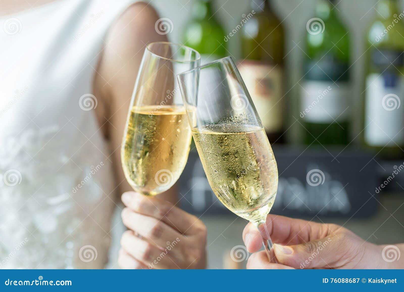 Les gens retenant des glaces de champagne effectuant un pain grillé