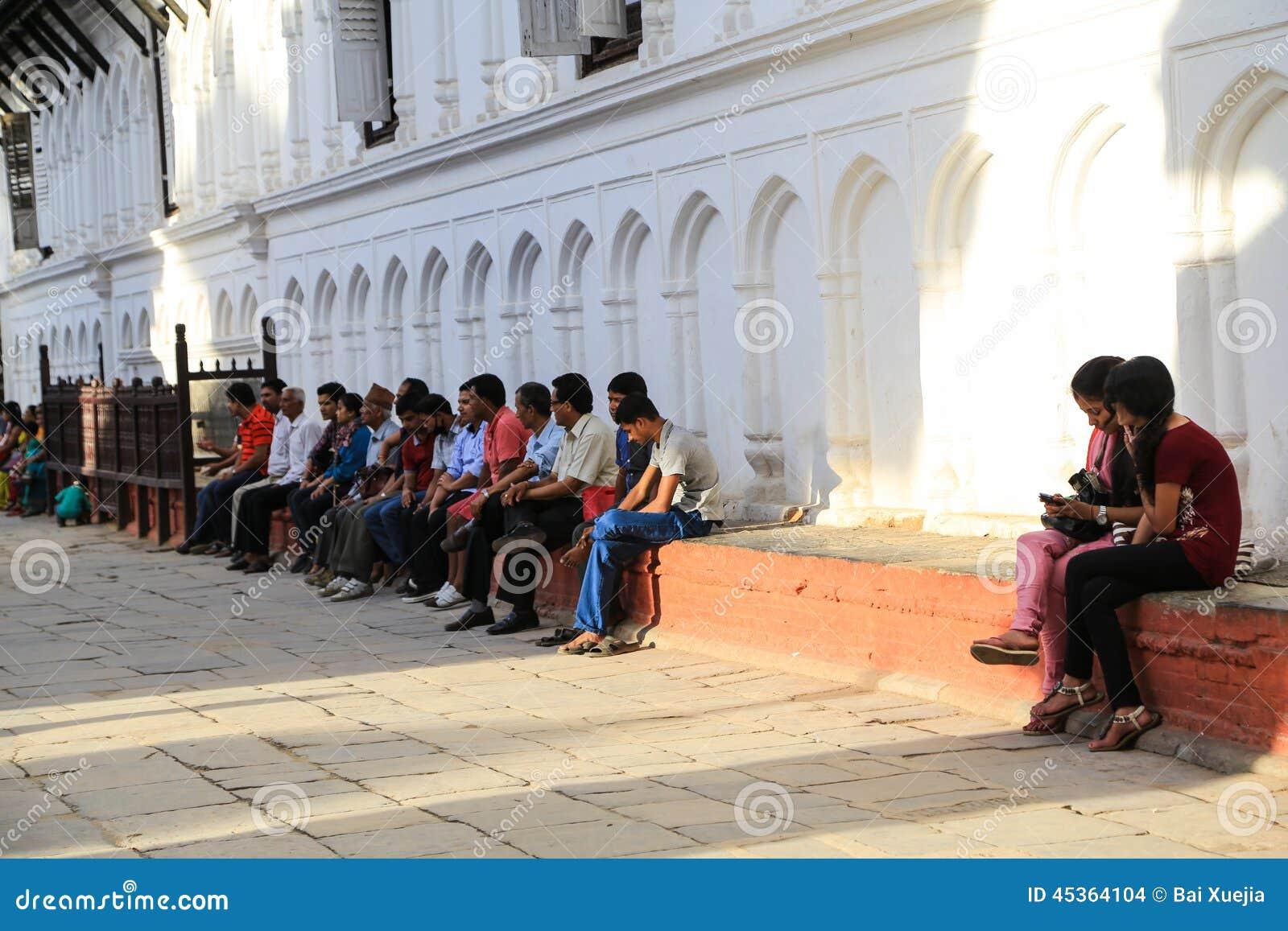 Les gens s asseyant sur l étape dans la place durbar de Katmandou