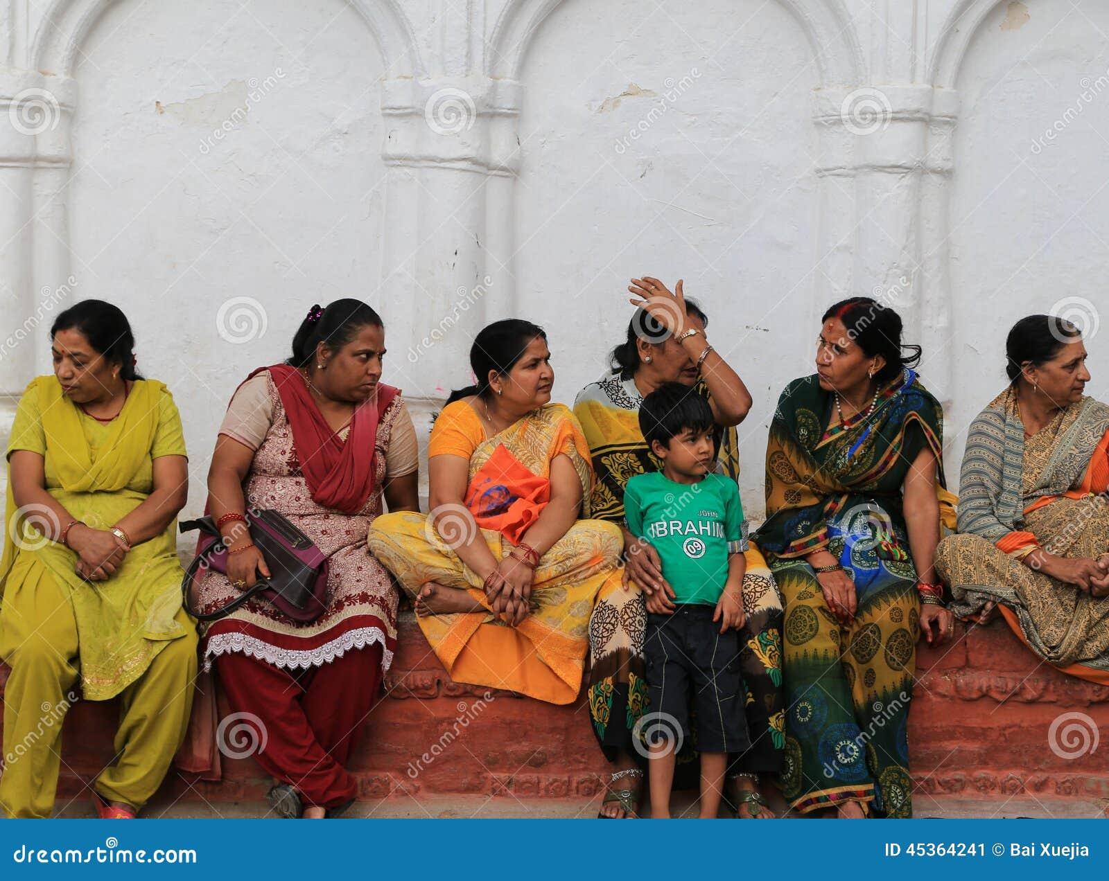 Les gens s asseyant sur l étape dans la place durbar de Katmandou au Népal