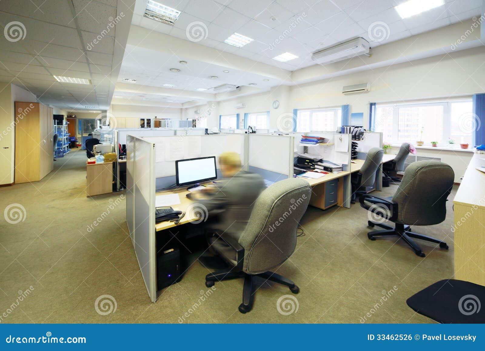 les gens s 39 asseyent dans le bureau avec s par par des endroits de s paration photo stock. Black Bedroom Furniture Sets. Home Design Ideas