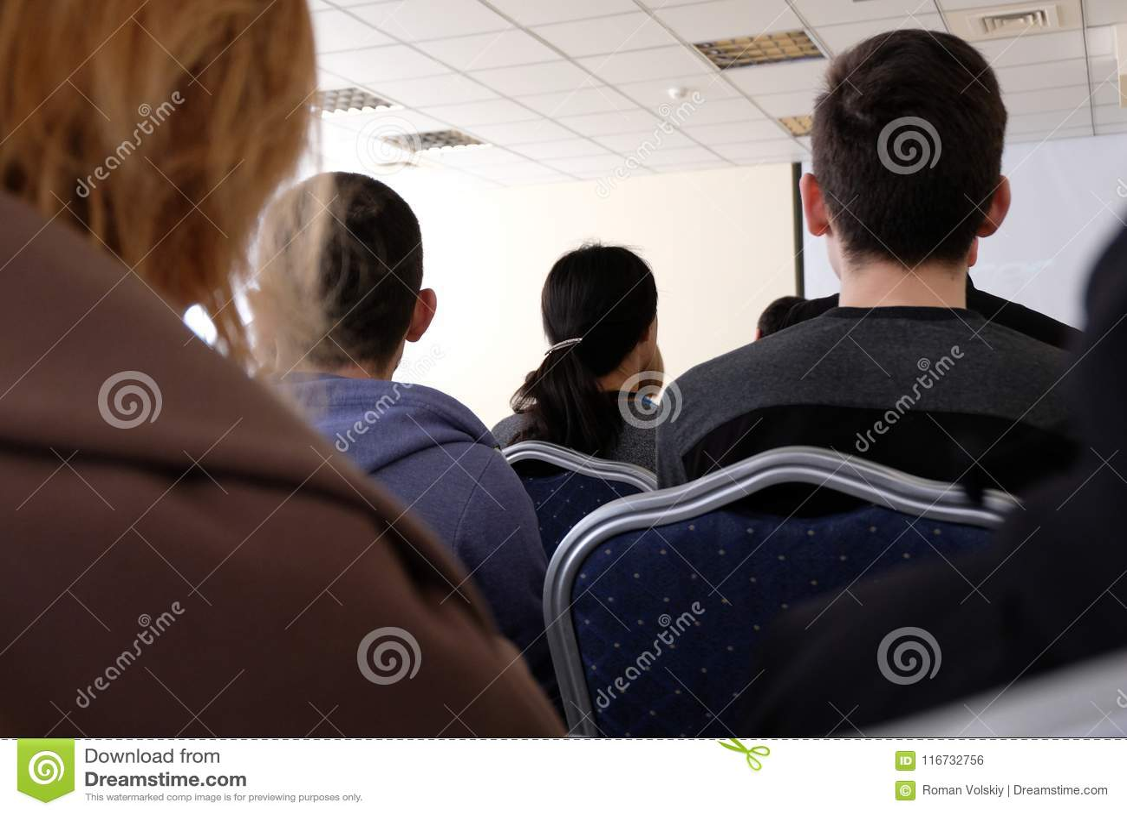 Les gens s asseyent dans le hall et écoutent une conférence Concept d affaires