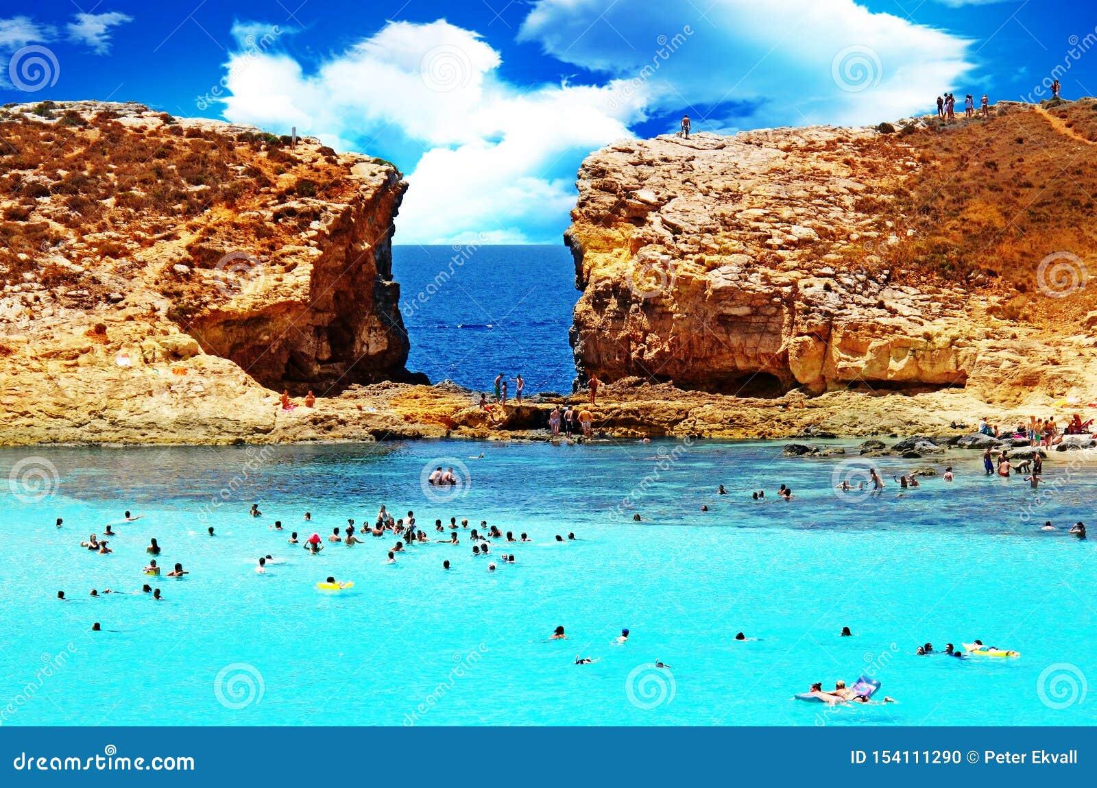 Les gens se baignant en mer stupéfiante de bleu de turquoise