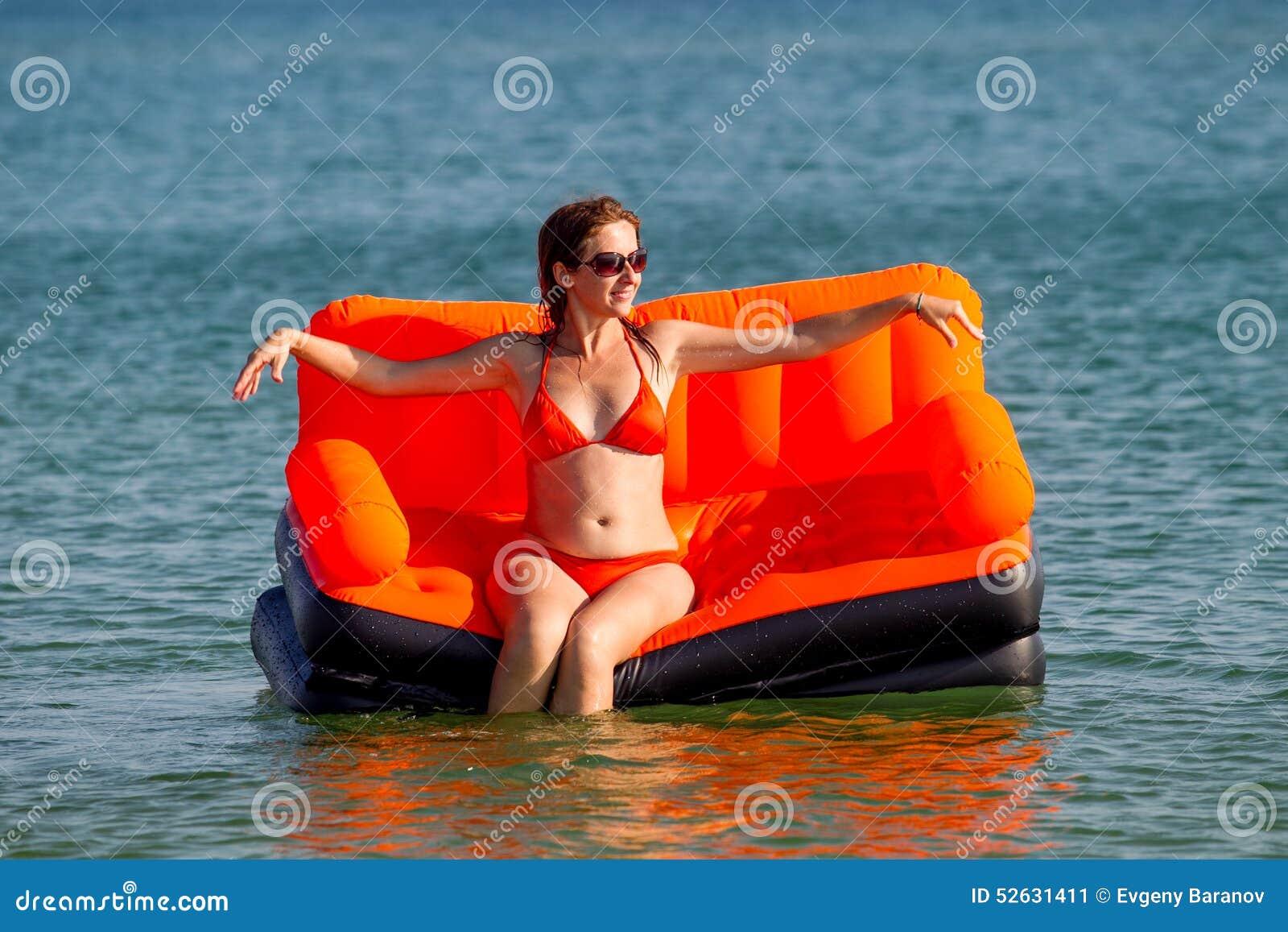 Les gens se reposent sur la mer