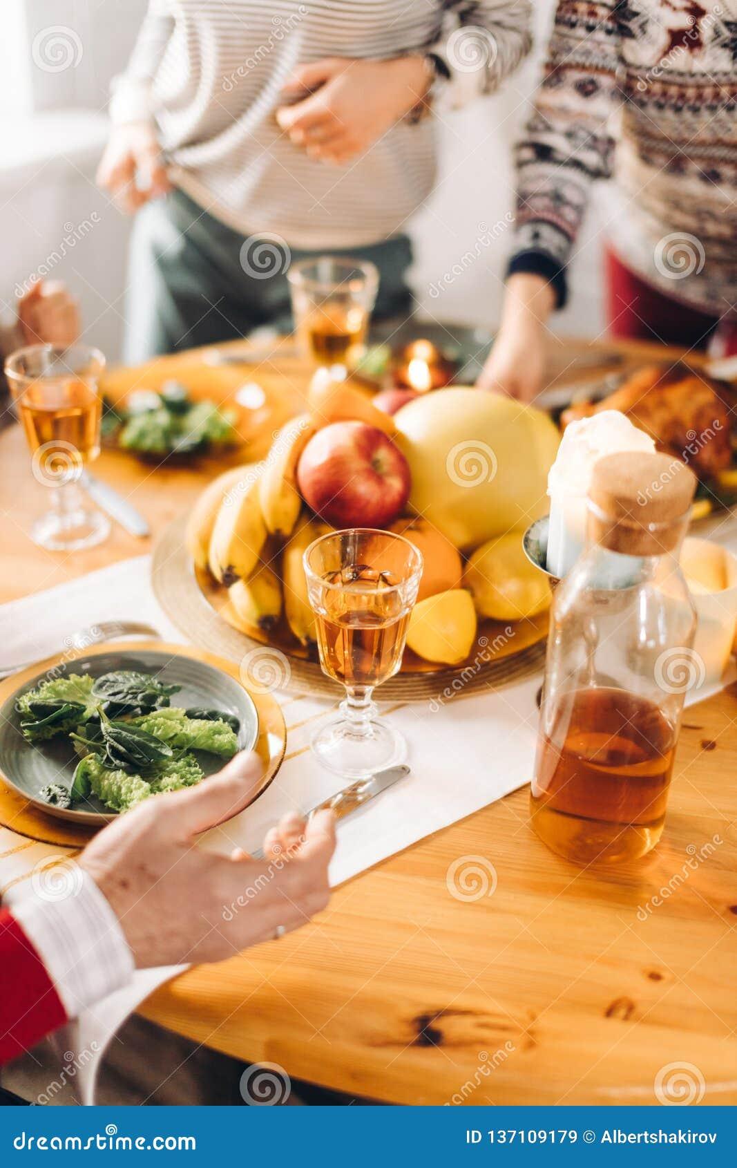 Les gens se tenant près de la table avec la nourriture