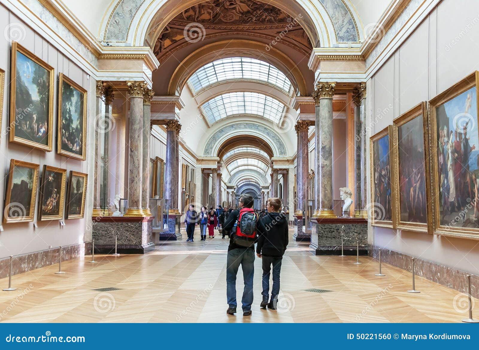 Les gens sont l 39 int rieur visitant du mus e de louvre for Louvre interieur