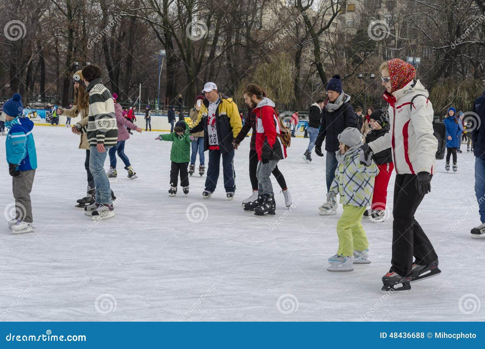 Les gens sur la piste de patinage de glace
