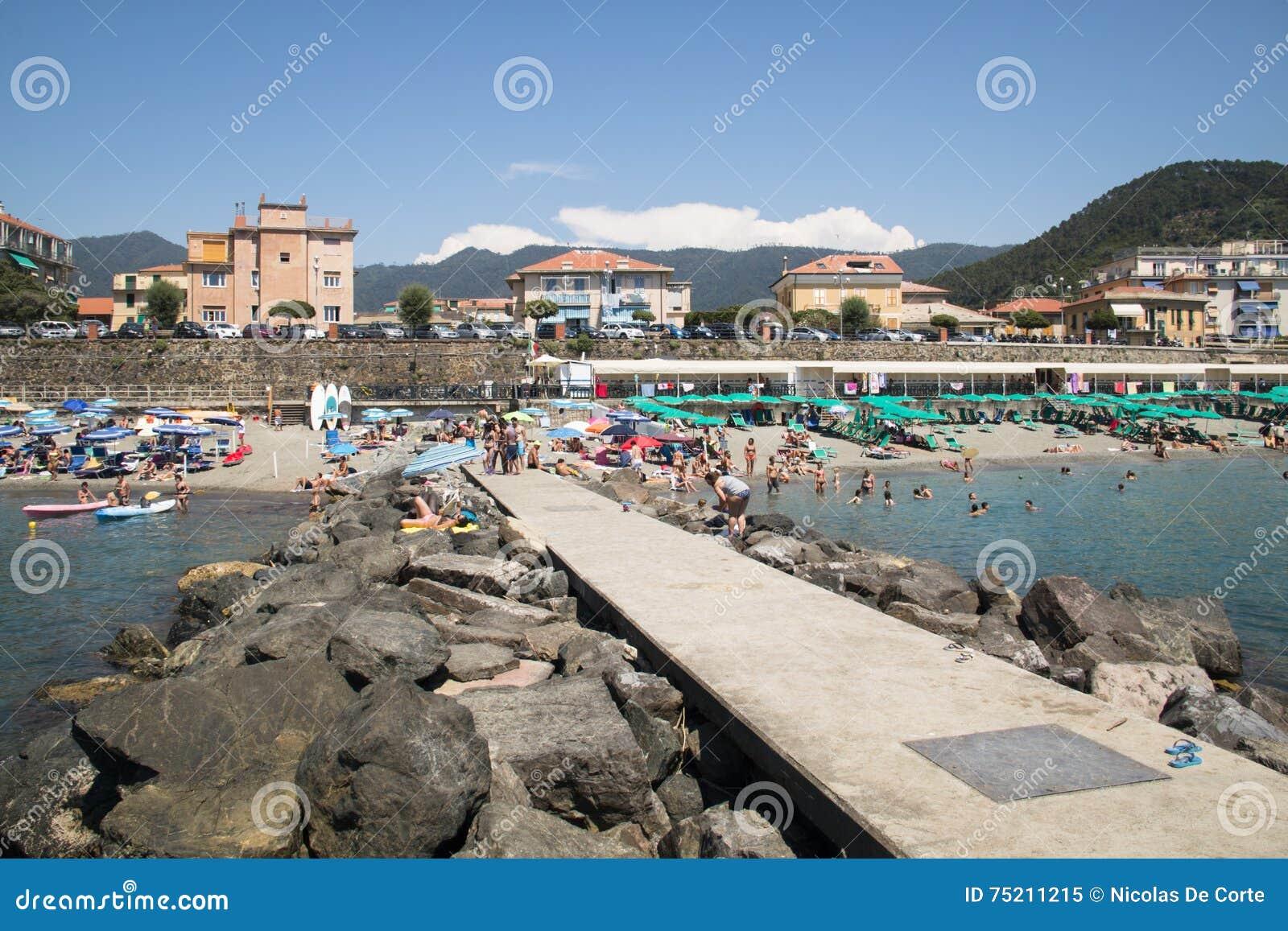 Les gens sur la plage dans levanto italie image ditorial for Dans italien