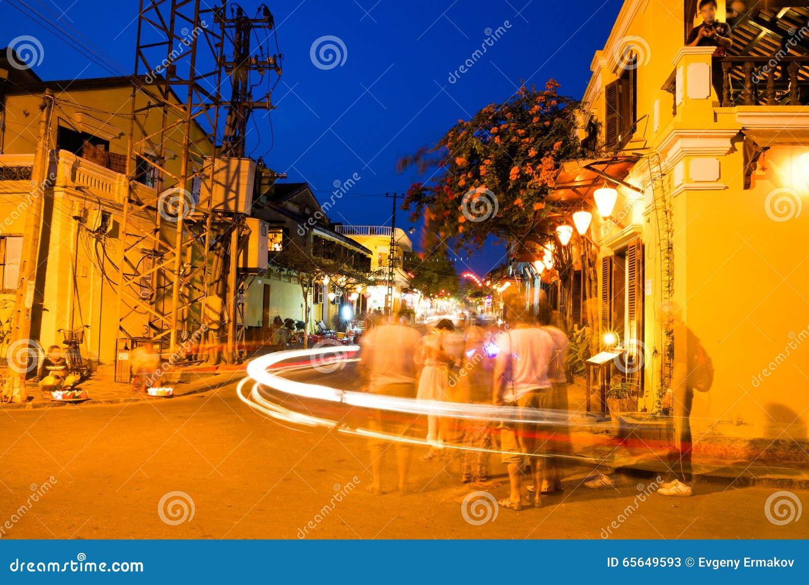 Les gens sur la rue de la ville antique de Hoi An avec le long effet d exposition, site de patrimoine mondial de l UNESCO