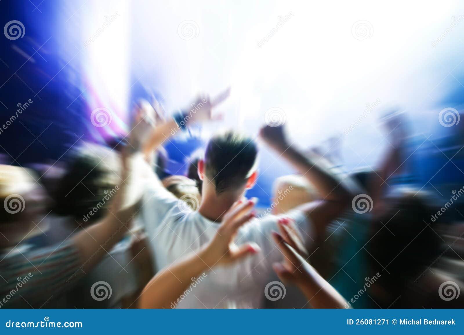 Les gens sur le concert de musique, disco