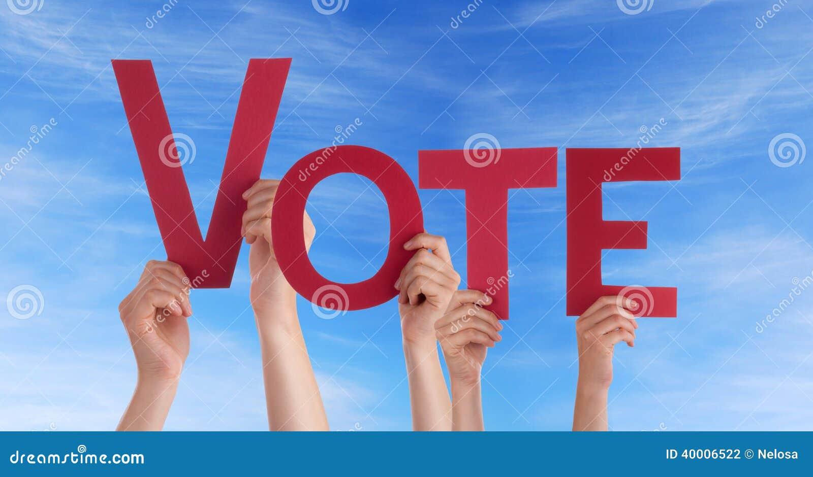 Les gens tenant le vote dans le ciel
