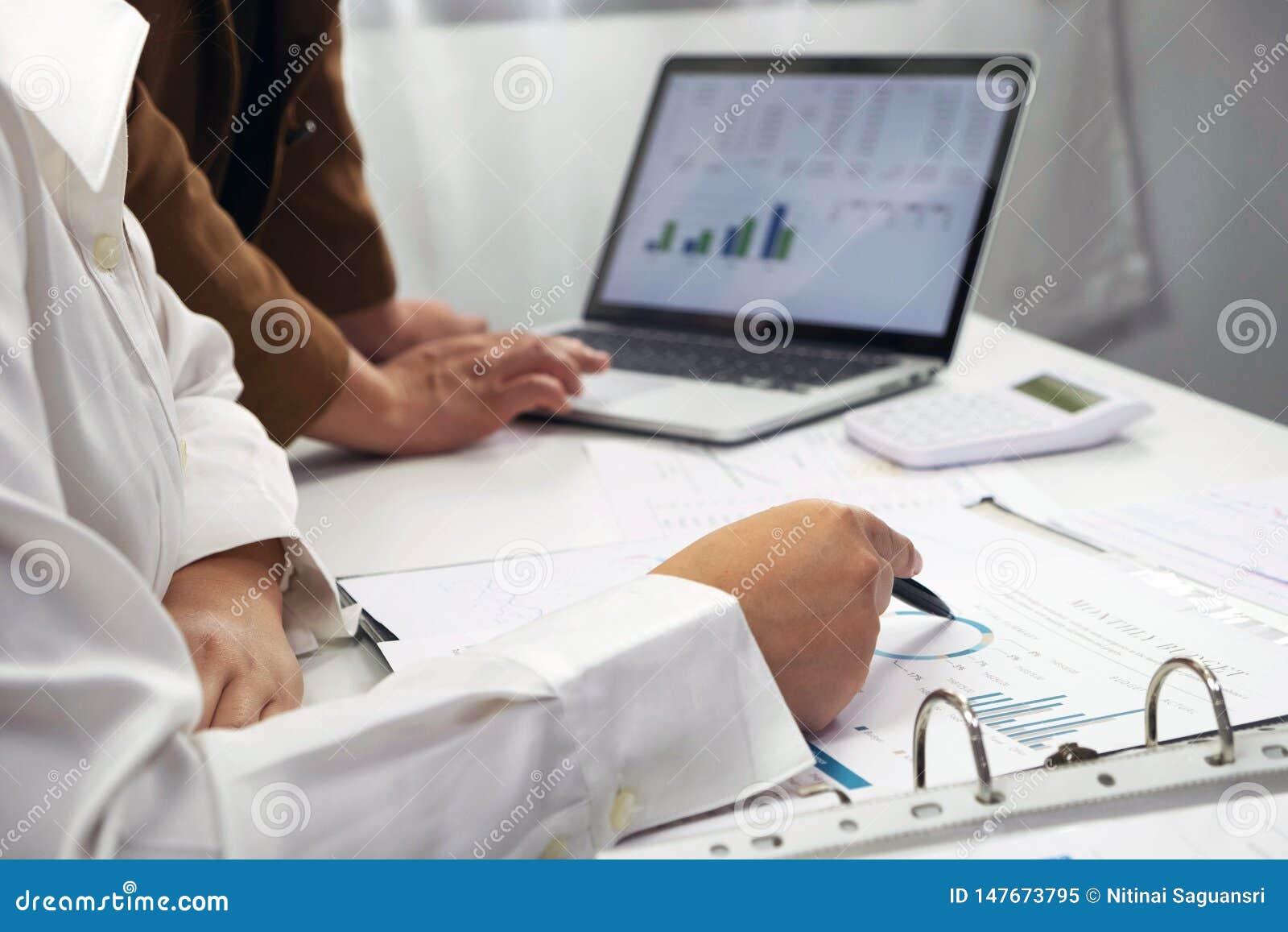 Les gens travaillant dans les finances, comptabilit?, conseil en affaires, conseil de enseignement, comptes courants