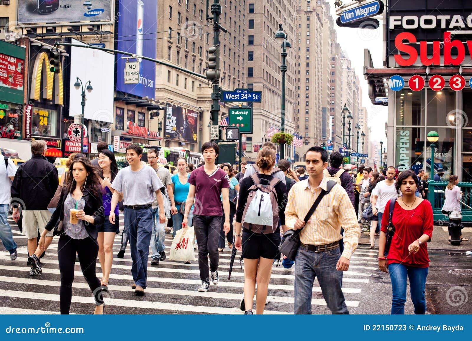 Les gens traversant la rue à New York