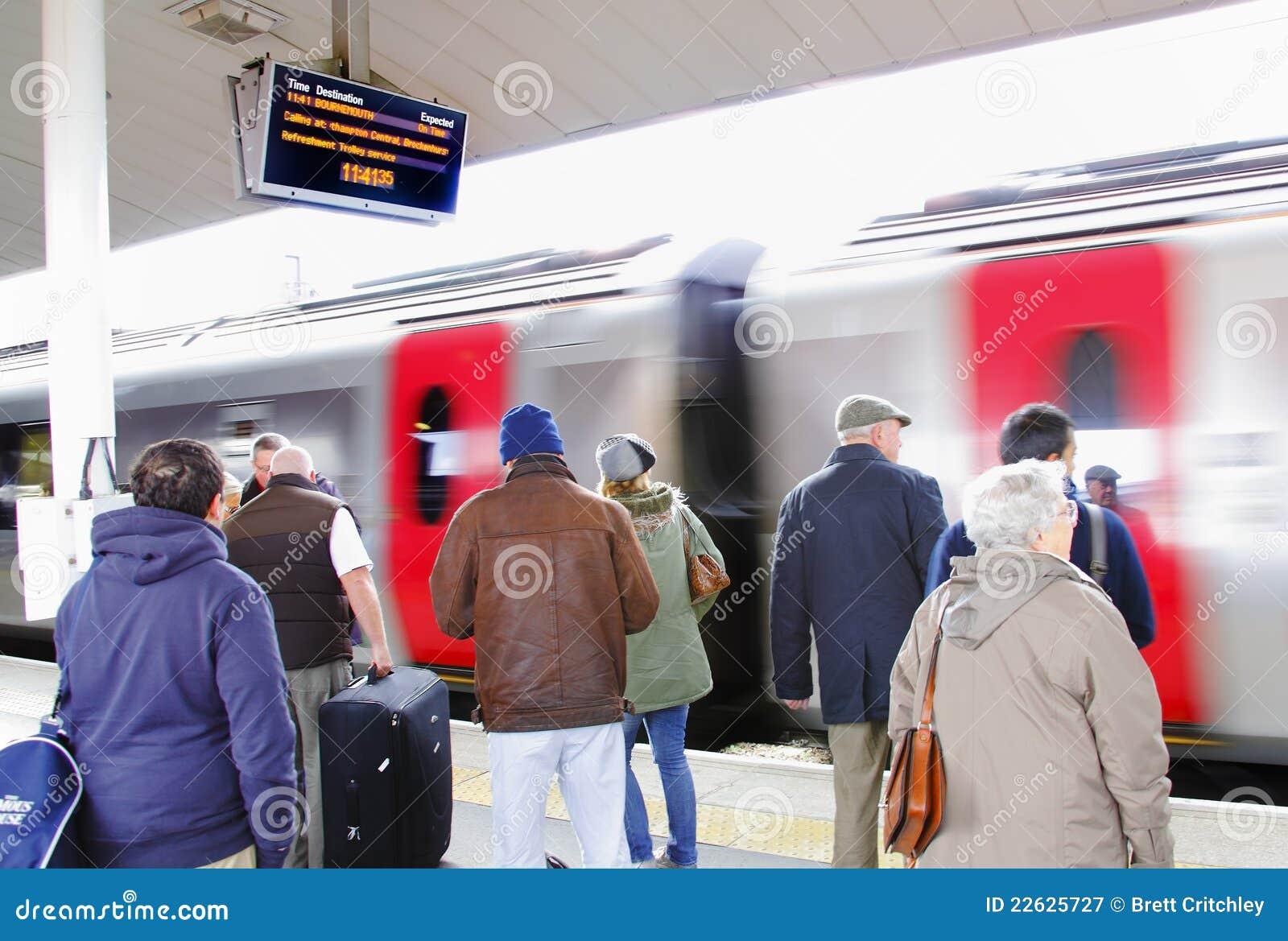 Les gens utilisant la station de train