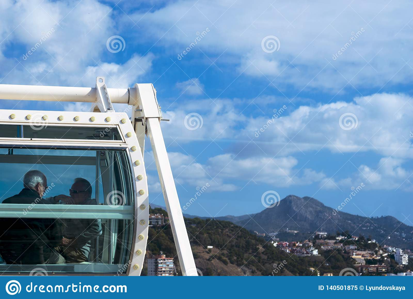 Les gens visitant la ville espagnole de Malaga de la cabine de la grande roue Voyagent des couples plus anciens