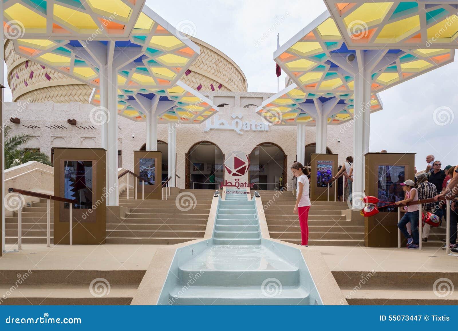 Expo Milan Les Stands : Les gens visitant le pavillon du qatar à l expo