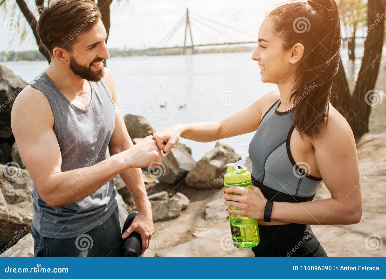 Les gentilles personnes se tiennent devant l un l autre et touchent leurs poings Également ils regardent entre eux et