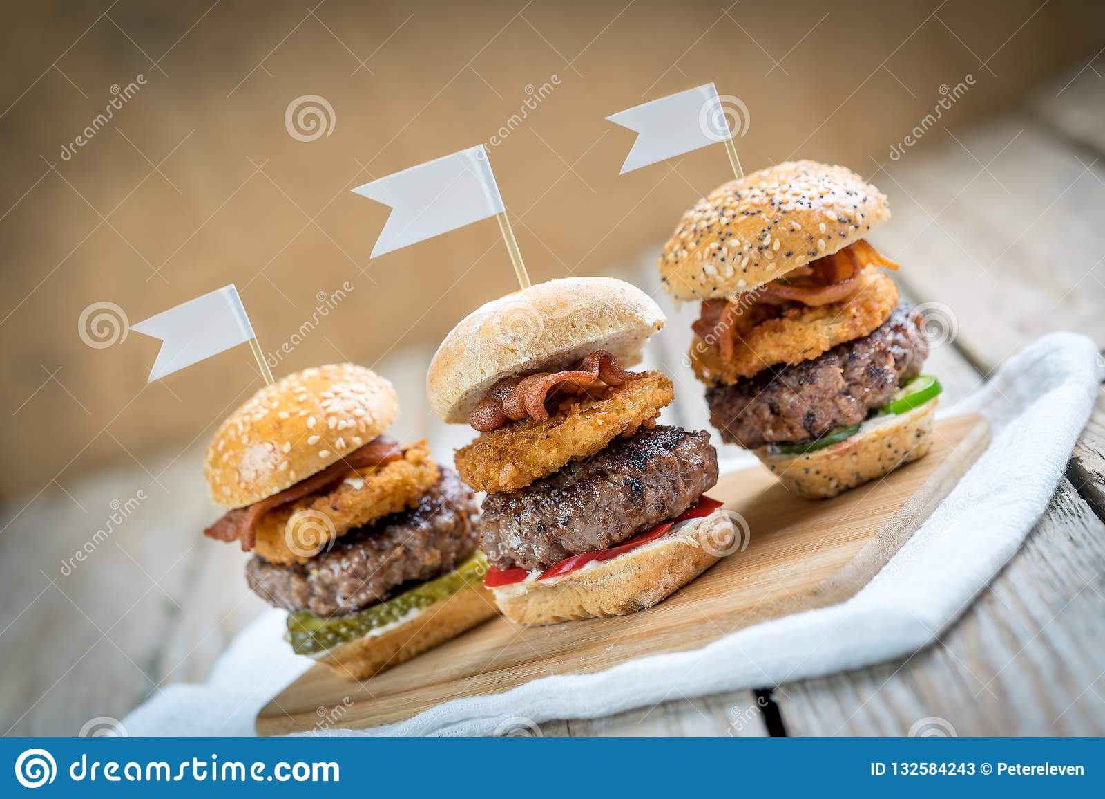 Les glisseurs étoffent de mini hamburgers grands partageant la nourriture