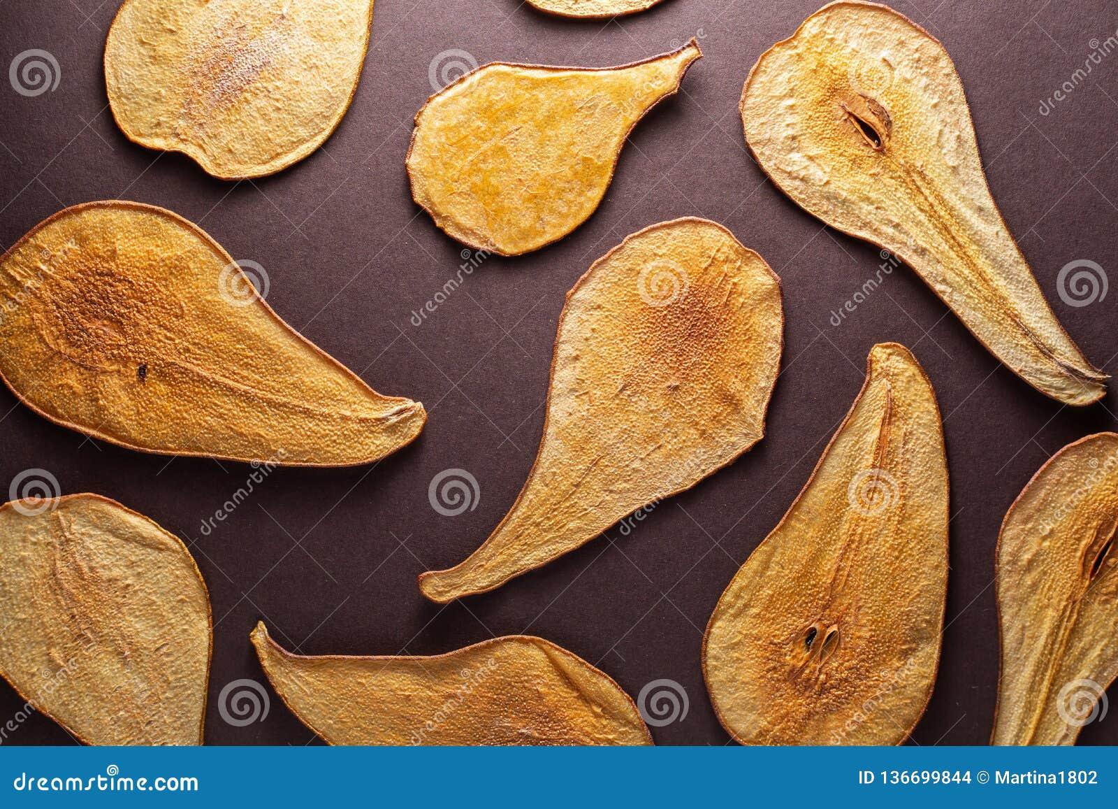 Les glissières ont légèrement coupé en tranches des poires séchant au soleil, fond Poires sèches