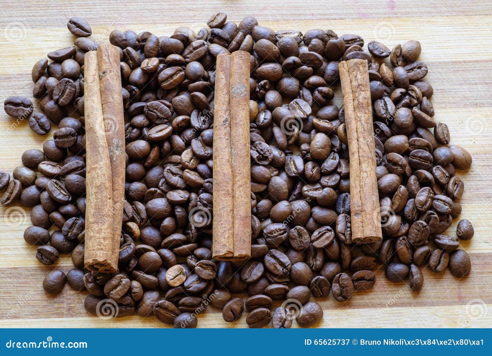Les grains de café et les bâtons de cannelle ajustent le dessus de paysage